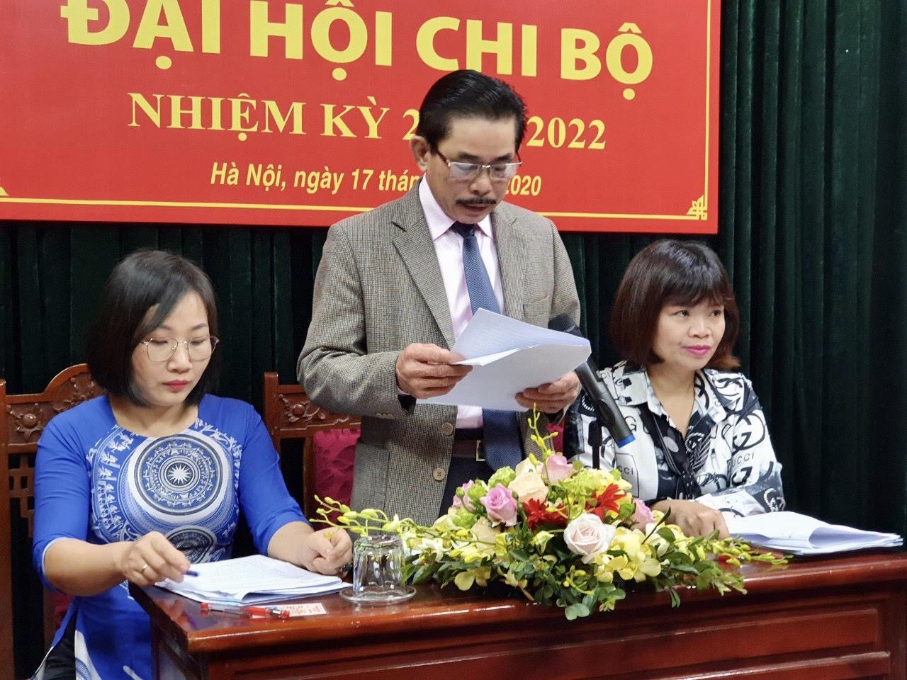 Ông Lê Công Bình, Bí thư Chi bộ, Tổng Biên tập Báo Dân tộc và Phát triển trình bày dự thảo Báo các Kết quả thực hiện Nghị quyết nhiệm kỳ 2017- 2020 và phương hướng nhiệm kỳ 2020- 2022