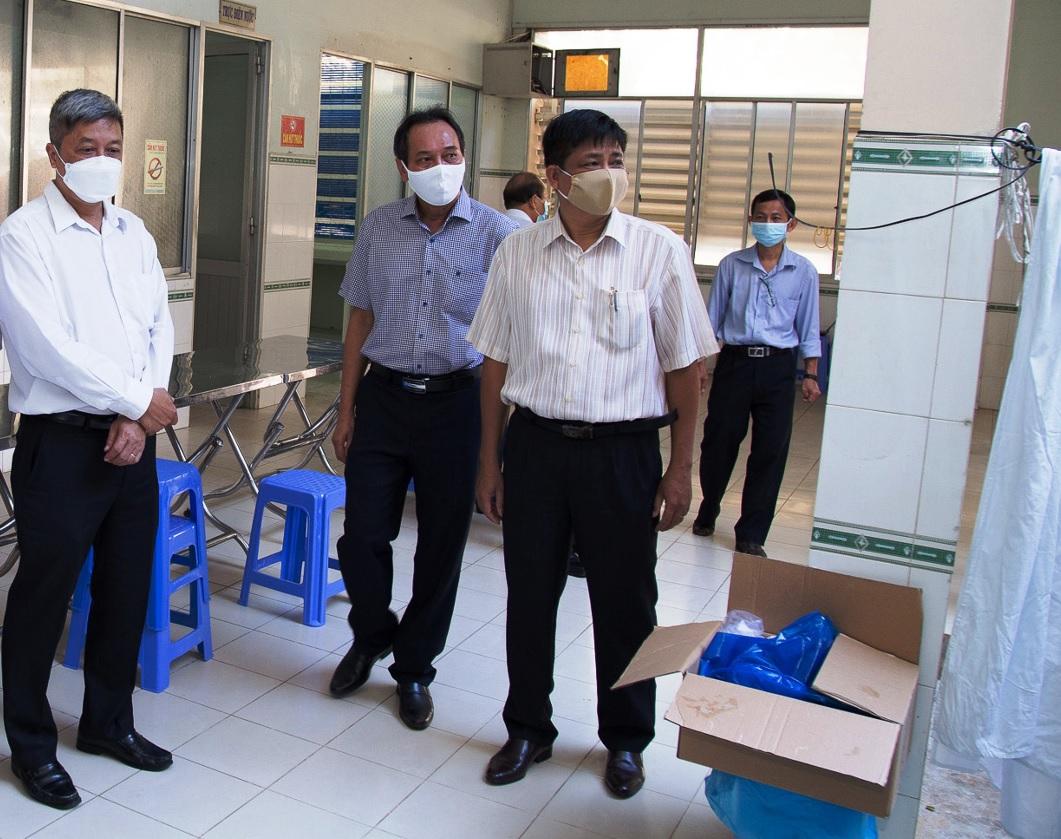 Ông Nguyễn Trường Sơn, Thứ trưởng Bộ Y tế (bên trái) kiểm tra công tác cách ly ở Bình Thuận