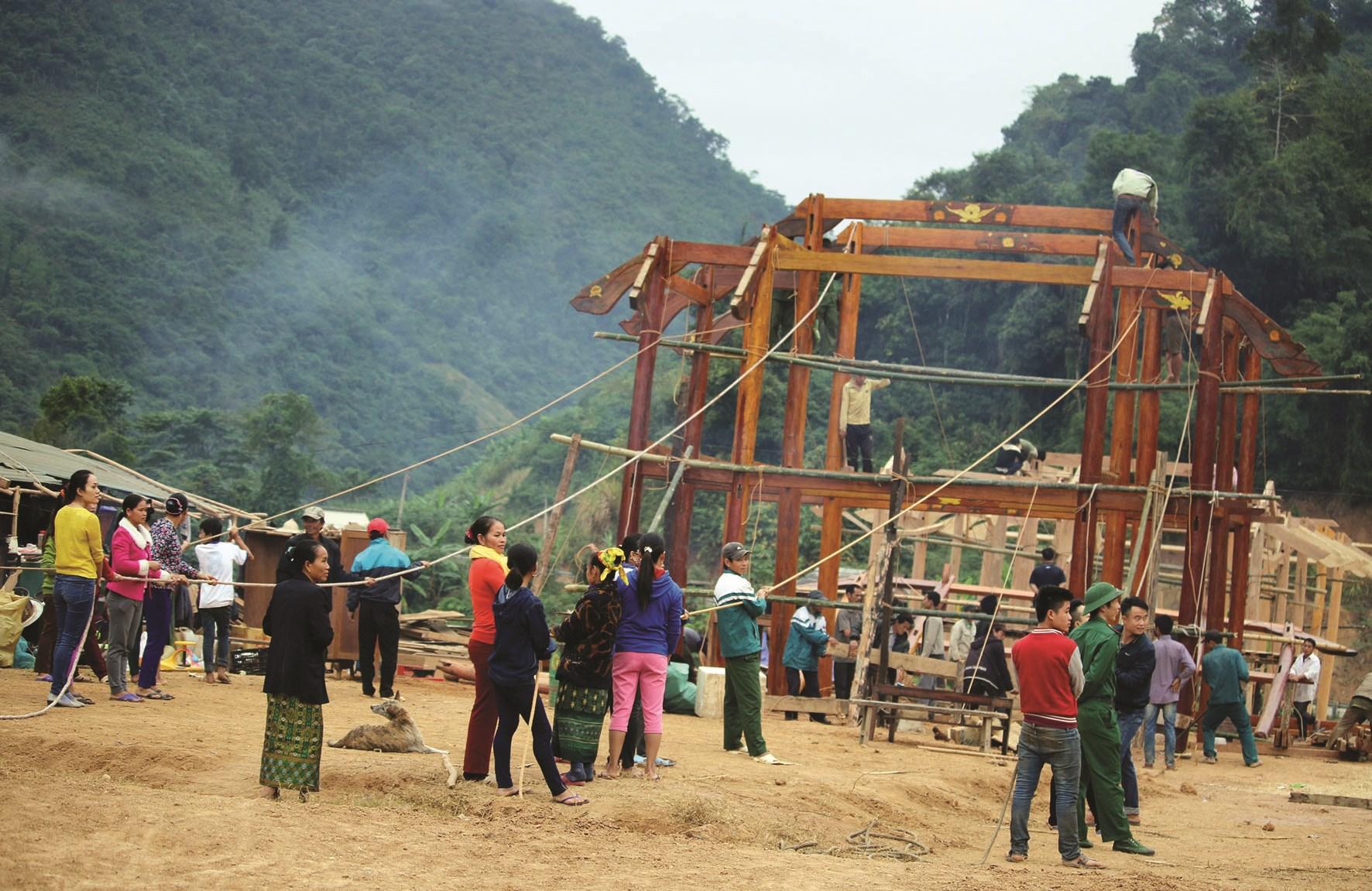 Bà con người Thái ở xã Mỹ Lỳ, Kỳ Sơn, Nghệ An dựng nhà sàn
