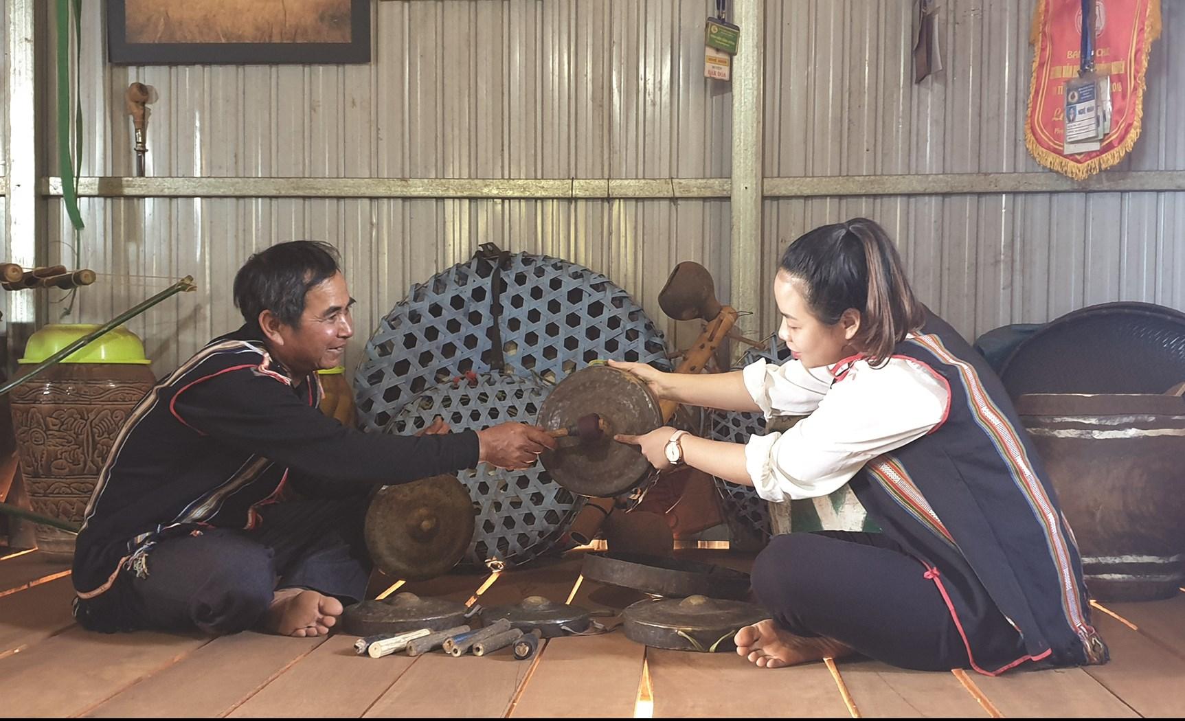 Nghệ nhân A Lip (trái) là người thầy truyền dạy cồng chiêng cho người dân và các thế hệ trẻ của huyện Đak Đoa.