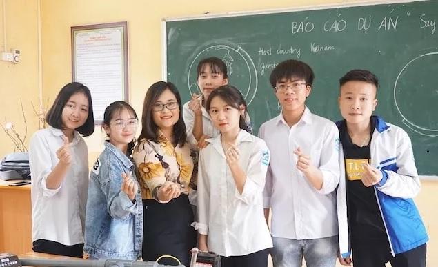 Cô giáo Hà Ánh Phượng (áo hoa) cùng học sinh