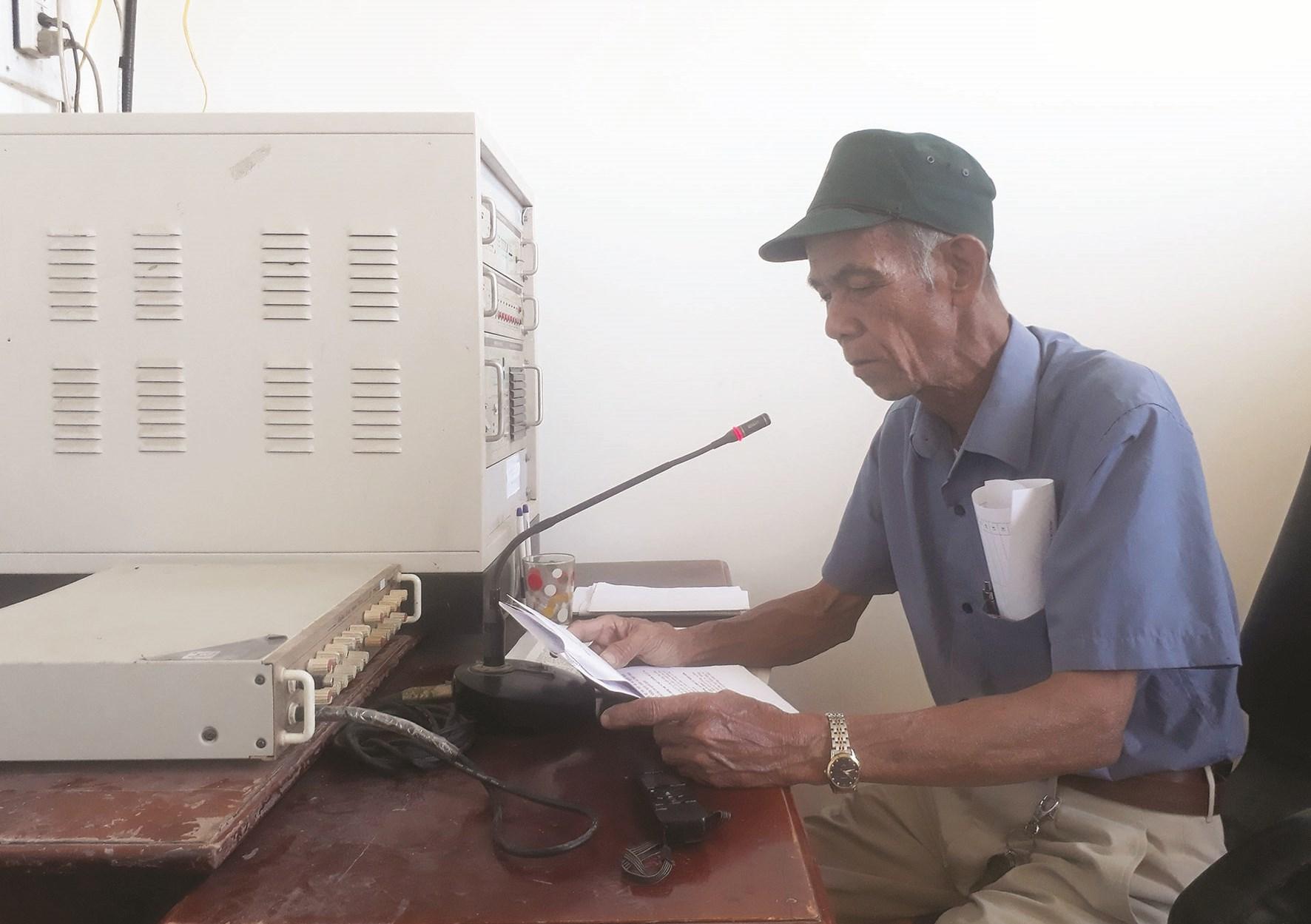 Ông Triệu Xuân Hiệp, cán bộ truyền thanh xã Đạ R'sal đang đọc thông báo hướng dẫn Nhân dân cách phòng, chống dịch Covid-19