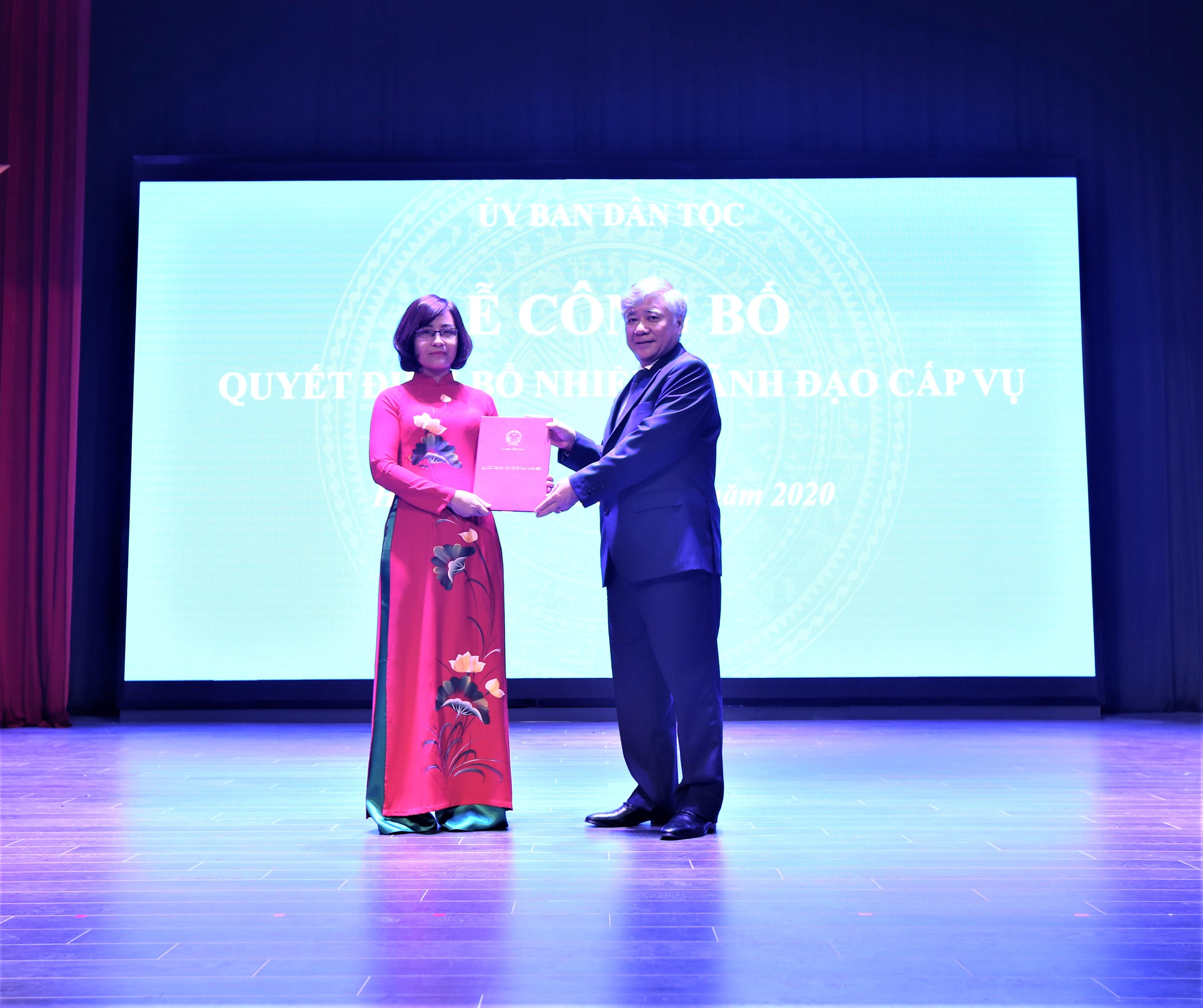 Bộ trưởng, Chủ nhiệm UBDT Đỗ Văn Chiến trao Quyết định bổ nhiệm cho bà Trần Thu Hà