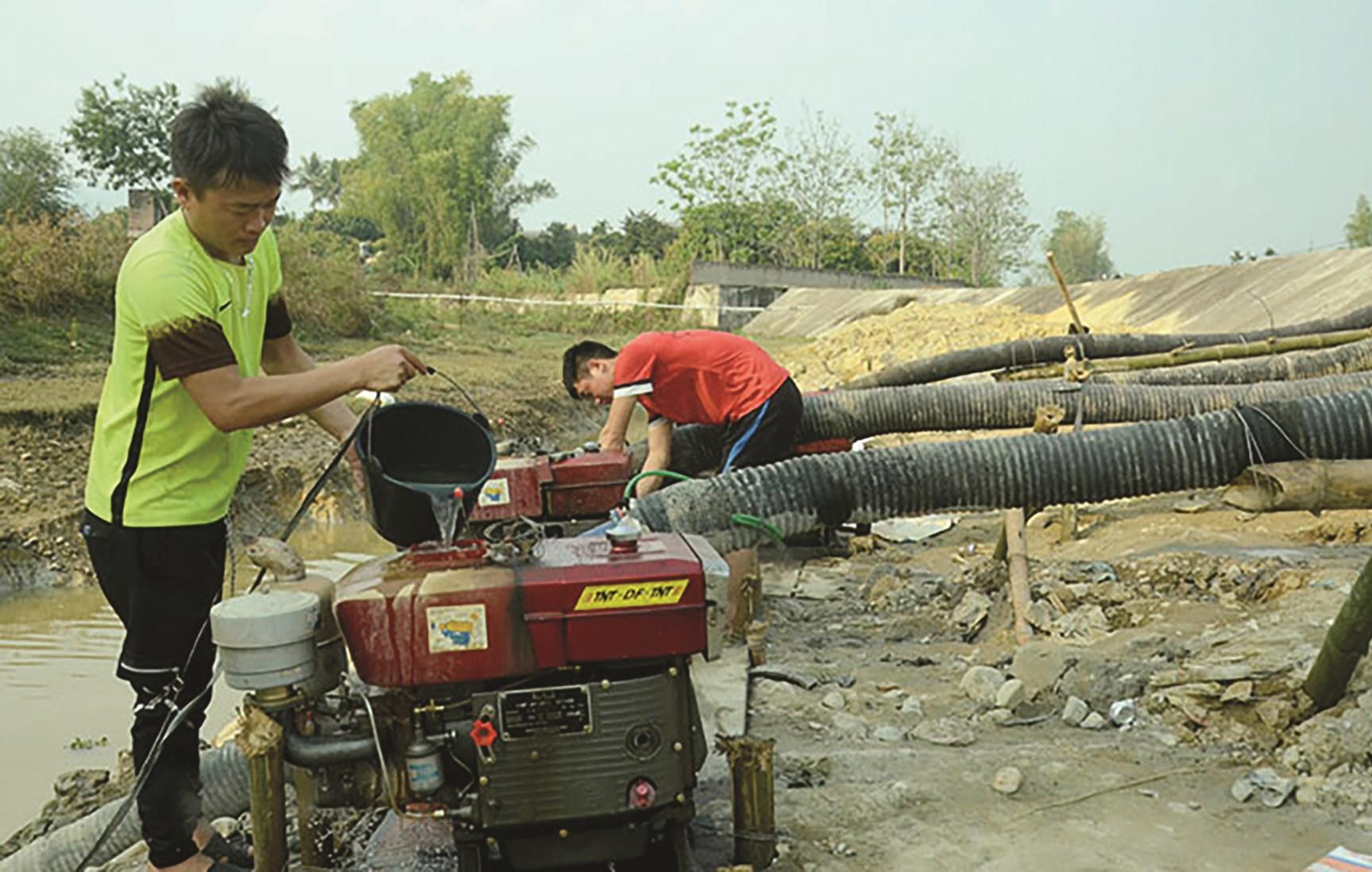 Công nhân Công ty TNHH Quản lý thủy nông Ðiện Biên vận hành trạm bơm dã chiến, cứu những diện tích lúa khô hạn