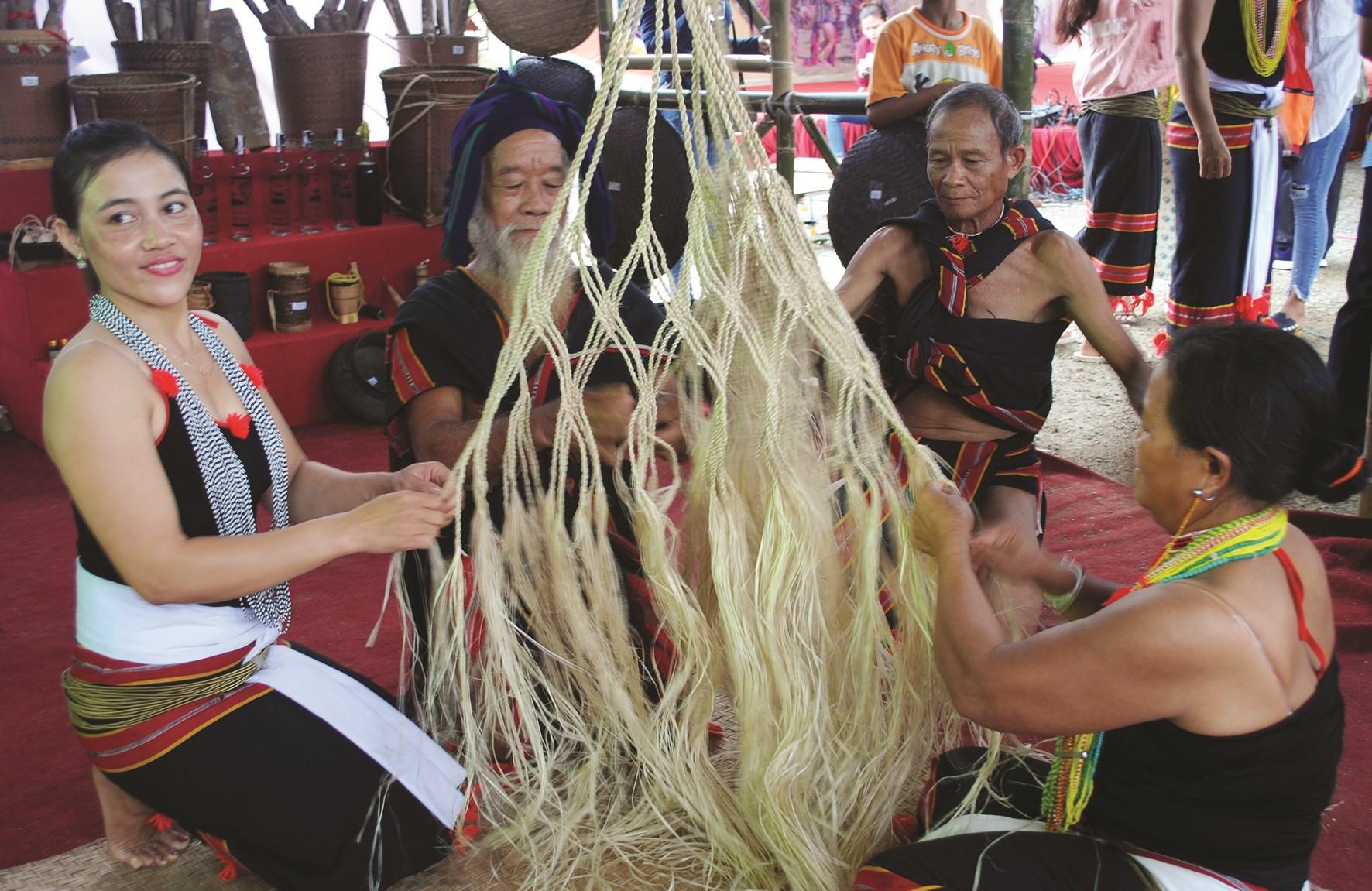 Đồng bào Ca Dong xã Trà Bui, hiện vẫn còn giữ nghề đan võng truyền thống từ cây sari