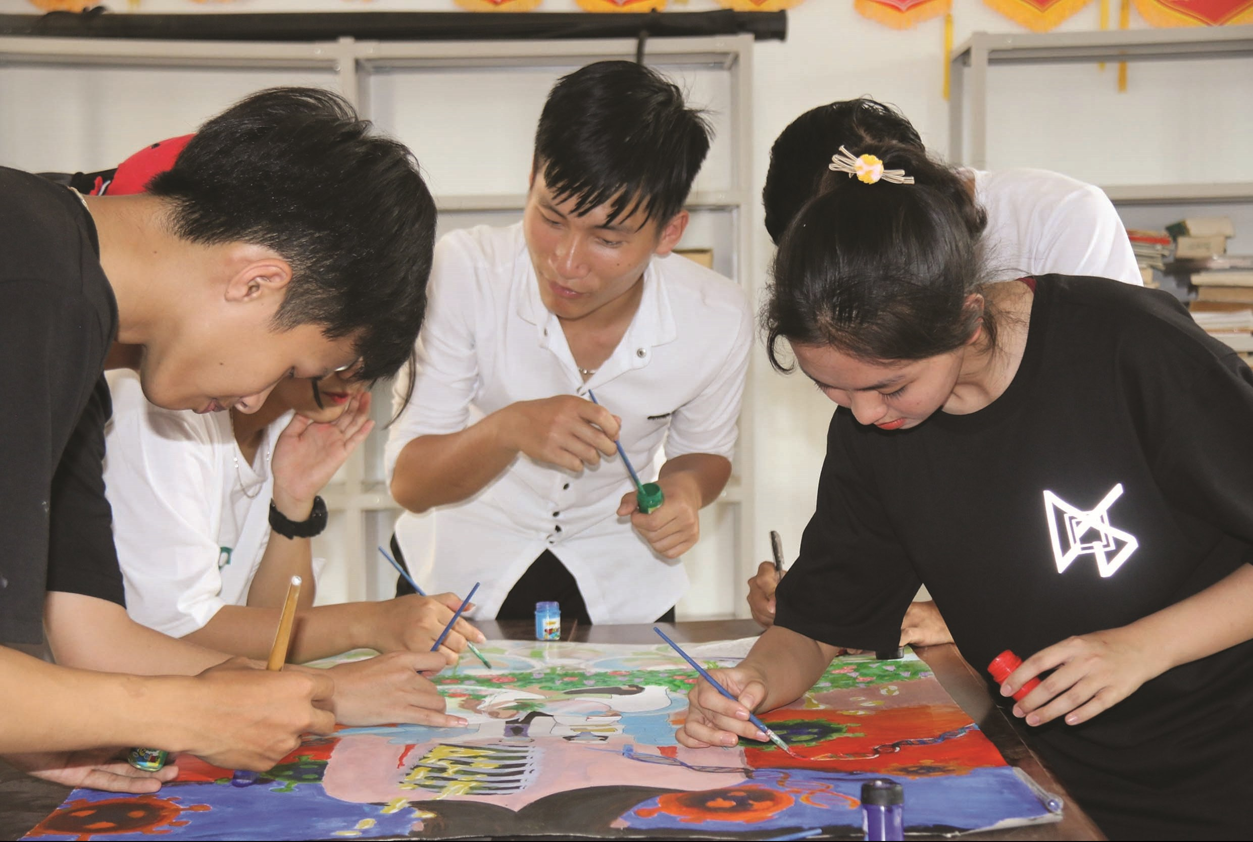 Các em học sinh cùng tham gia vẽ tranh