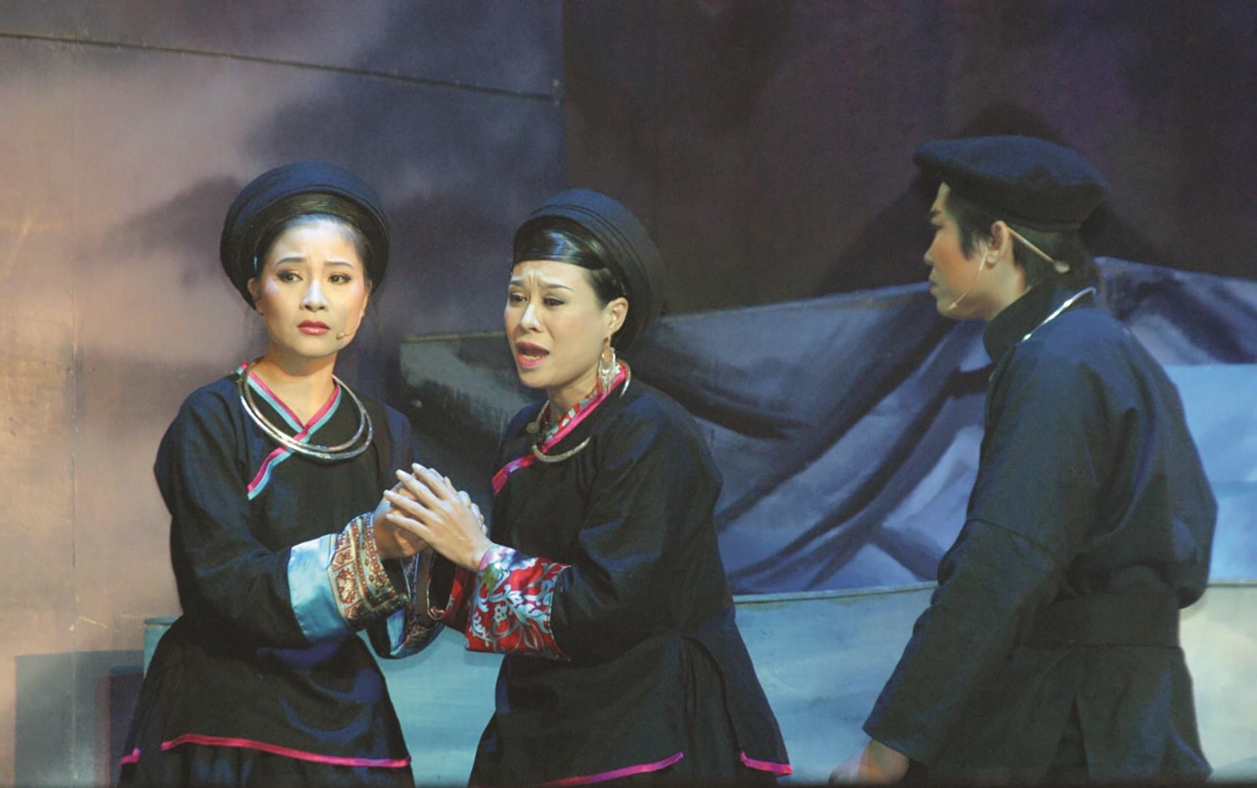 """Như Quỳnh (bên trái) trong vai Nàng Út, trong vở """"Chuyện Tình Khau Vai"""""""