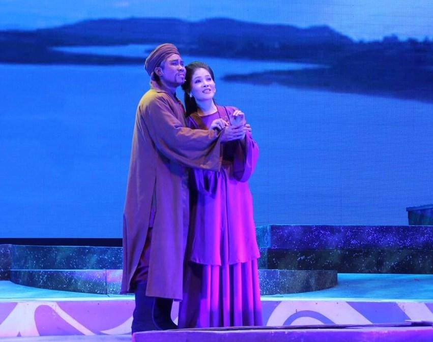 Như Quỳnh (bên trái) trong vai Nàng Út vở Chuyện Tình Khau Vai