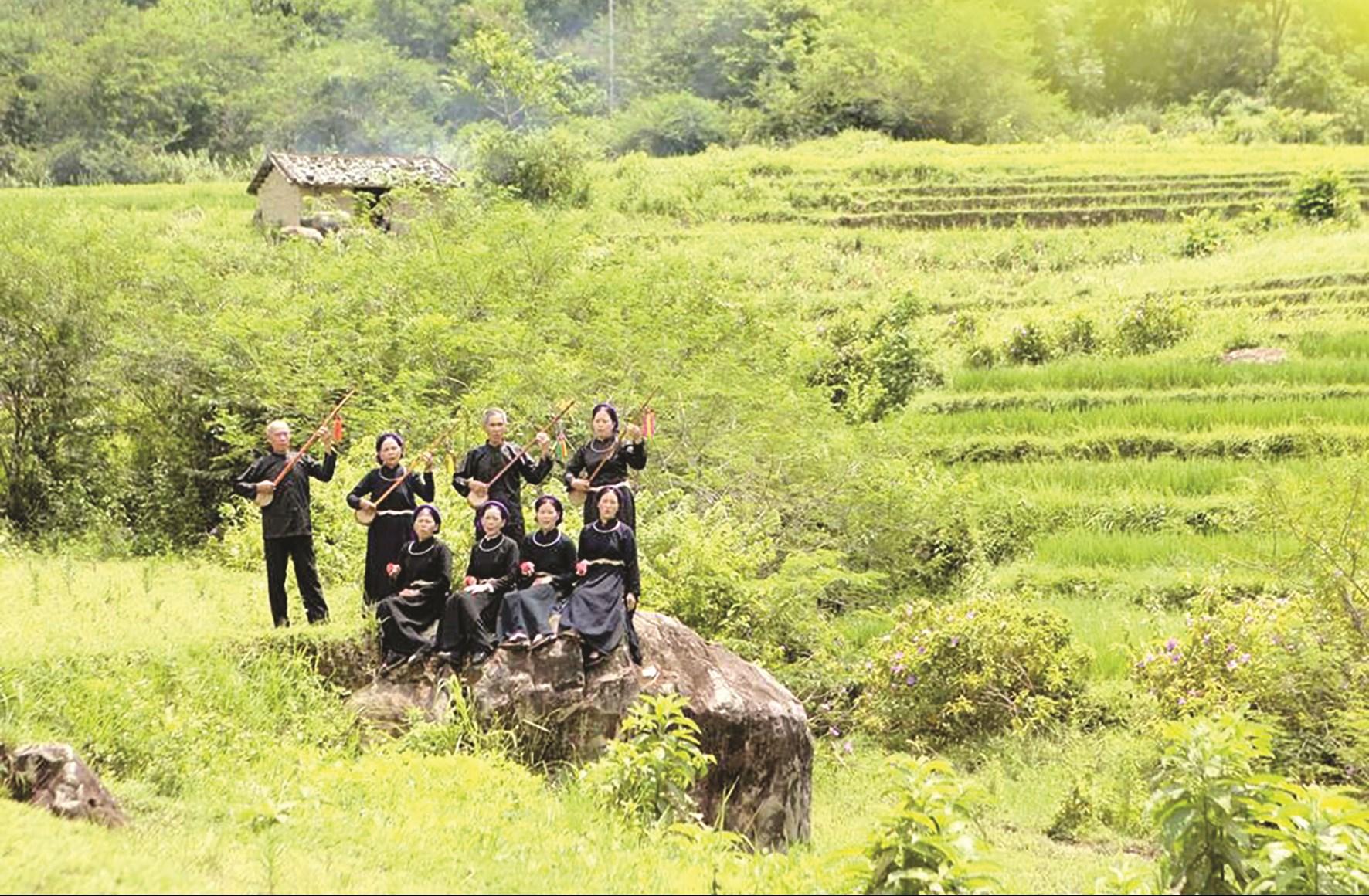 Bà Hoàng Thị Viên (hàng đầu, thứ 2 bên trái) đang cùng các hội viên trong CLB biểu diễn hát Then