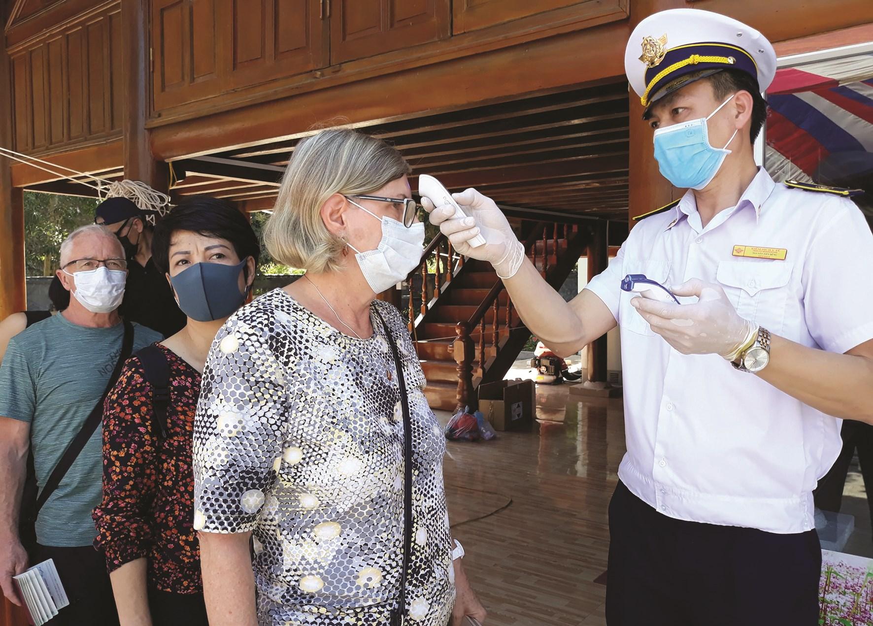 Khách du lịch được kiểm tra thân nhiệt ở các cơ sở lưu trú tại tỉnh Hà Giang