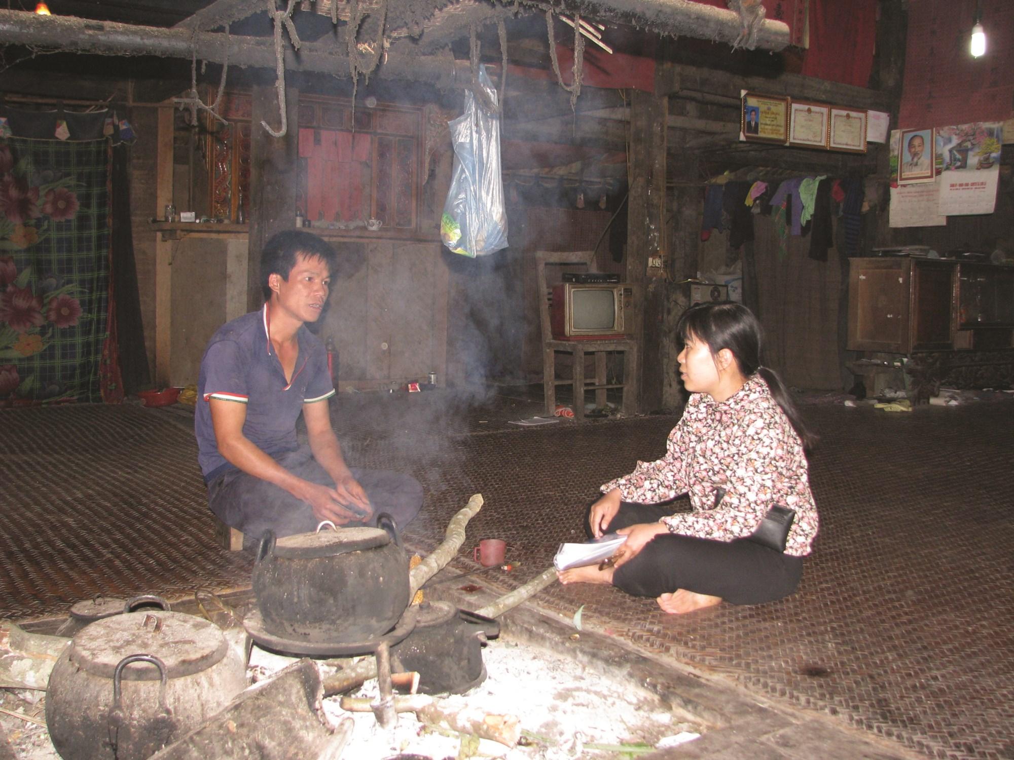 Cán bộ Phòng Dân tộc huyện Bảo Lạc trao đổi, nắm tình hình đời sống đồng bào dân tộc trên địa bàn.