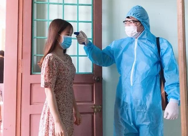 Cô giáo Hoàng Thị Ly Ly đang được bác sĩ đo thân nhiệt