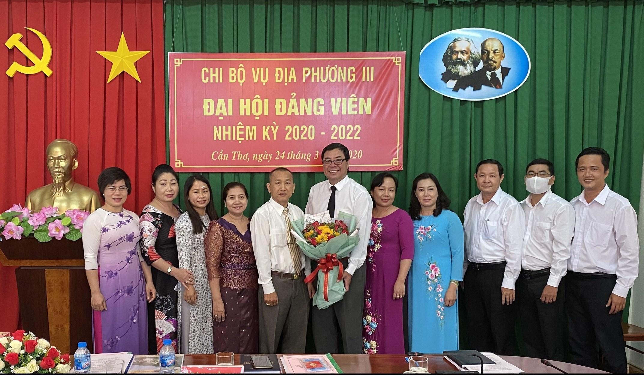 Tập thể đảng viên Chi bộ Vụ Địa phương III chúc mừng Các đồng chí trong Ban chi ủy khóa mới