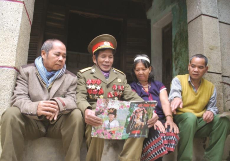CCB Alăng Bảy (thứ hai bên trái) thường xuyên đọc báo cho bà con Cơ-tu nghe