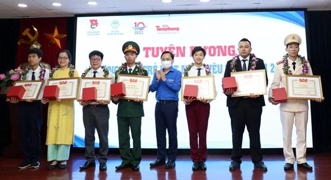Bí thư Thường trực Trung ương Đoàn Nguyễn Anh Tuấn trao Bằng khen của Trung ương Đoàn và kỷ niệm chương của Giải thưởng cho các Gương mặt trẻ Việt Nam triển vọng năm 2019