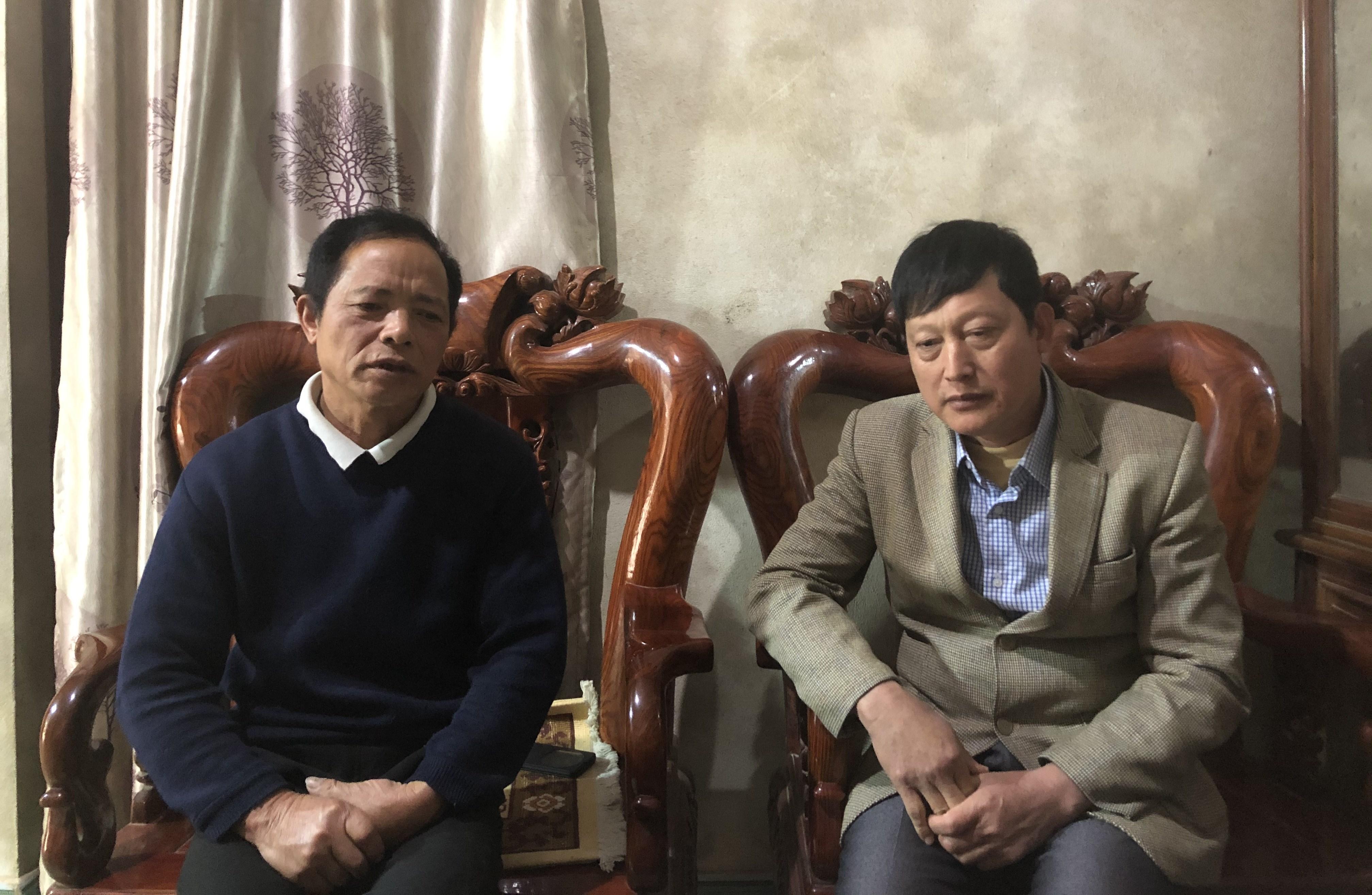 Ông Đinh Văn Chung (bên trái), Người có uy tín xóm Nà Khoang, thị trấn Quốc Hùng đang canh cánh nỗi lo trách nhiệm sẽ nặng nề hơn sau khi sáp nhập thôn bản.