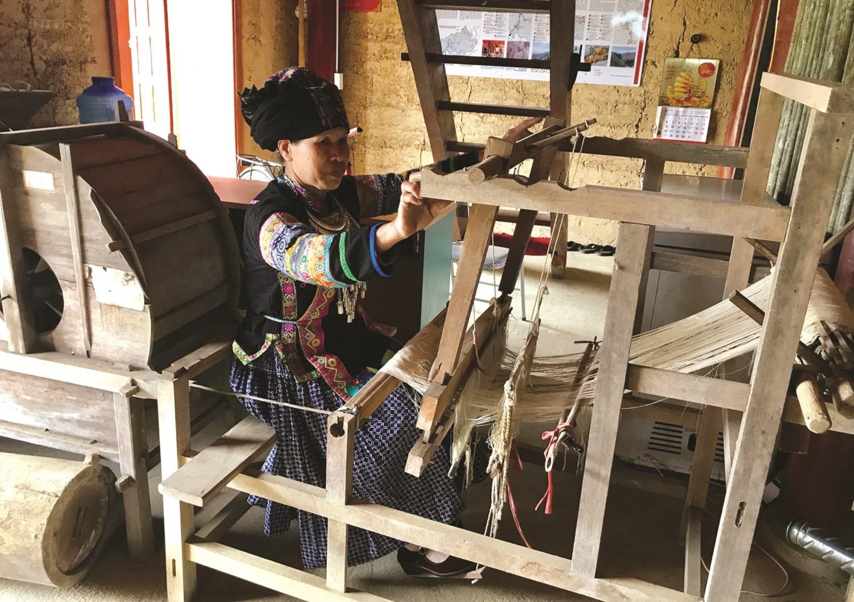 Chị Lộc Thị Liên, thôn Nậm Lương, xã Quyết Tiến giới thiệu khung cửi dệt vải của người Bố Y