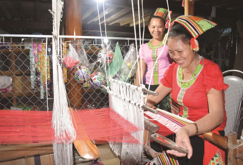 Dệt thổ cẩm - một trong những hoạt động du khách được trải nghiệm khi đến bản Nưa, xã Yên Khê, huyện Con Cuông
