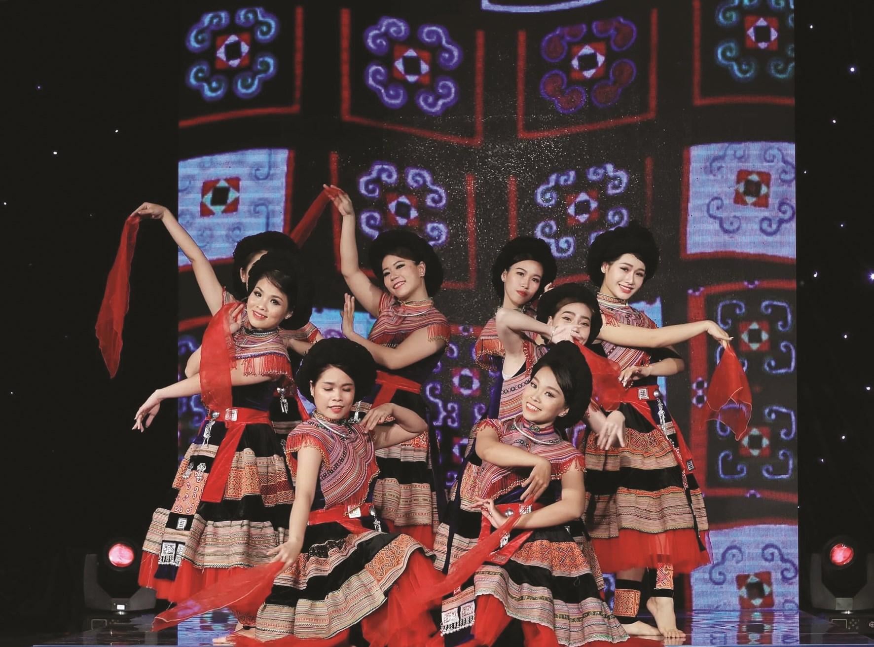 Một tiết mục múa được đạo diễn Lê Việt biên đạo với chất liệu dân tộc Mông.