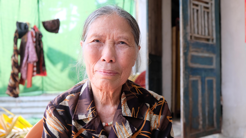 Cụ Lê Thị Niệm (78 tuổi) ở Thanh Hóa chia sẻ thông tin với báo chí