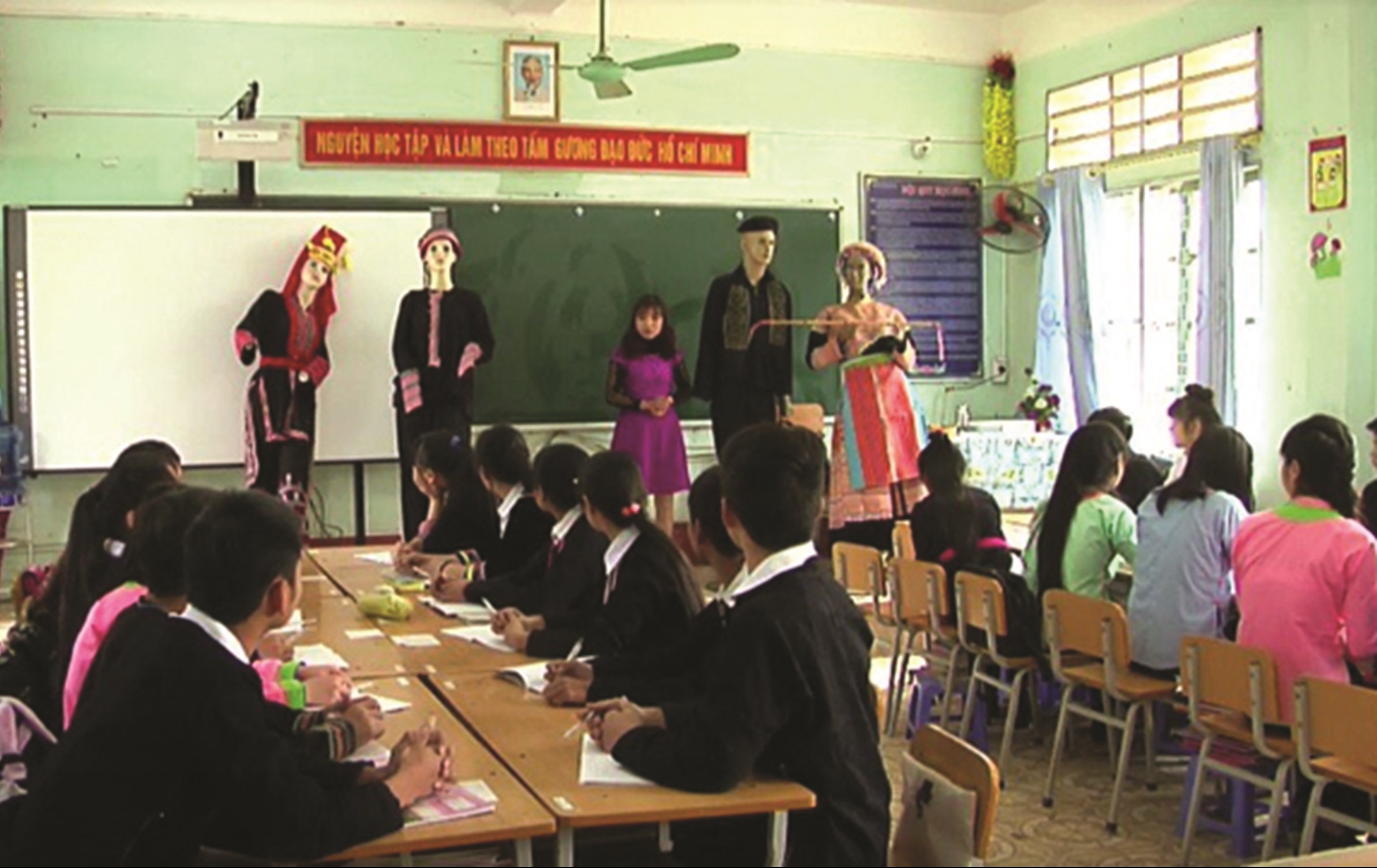 Tiết học Ngữ văn được lồng ghép nội dung văn hóa dân tộc tại Trường THPT Dân tộc nội trú tỉnh Lào Cai (Ảnh TL)