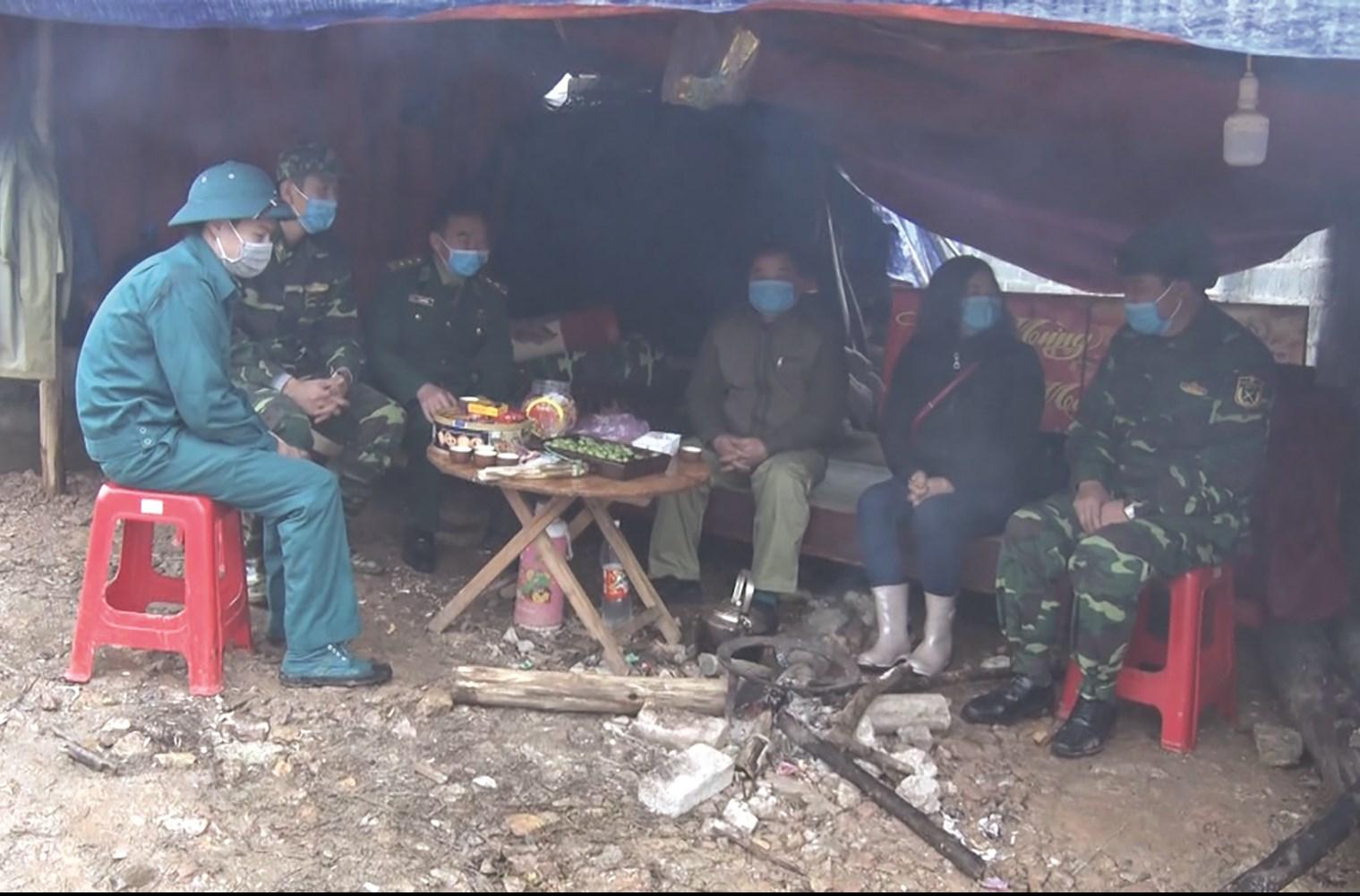 Lán trại ở chốt Nặm Xà xã Đội Cấn được dựng ven đường