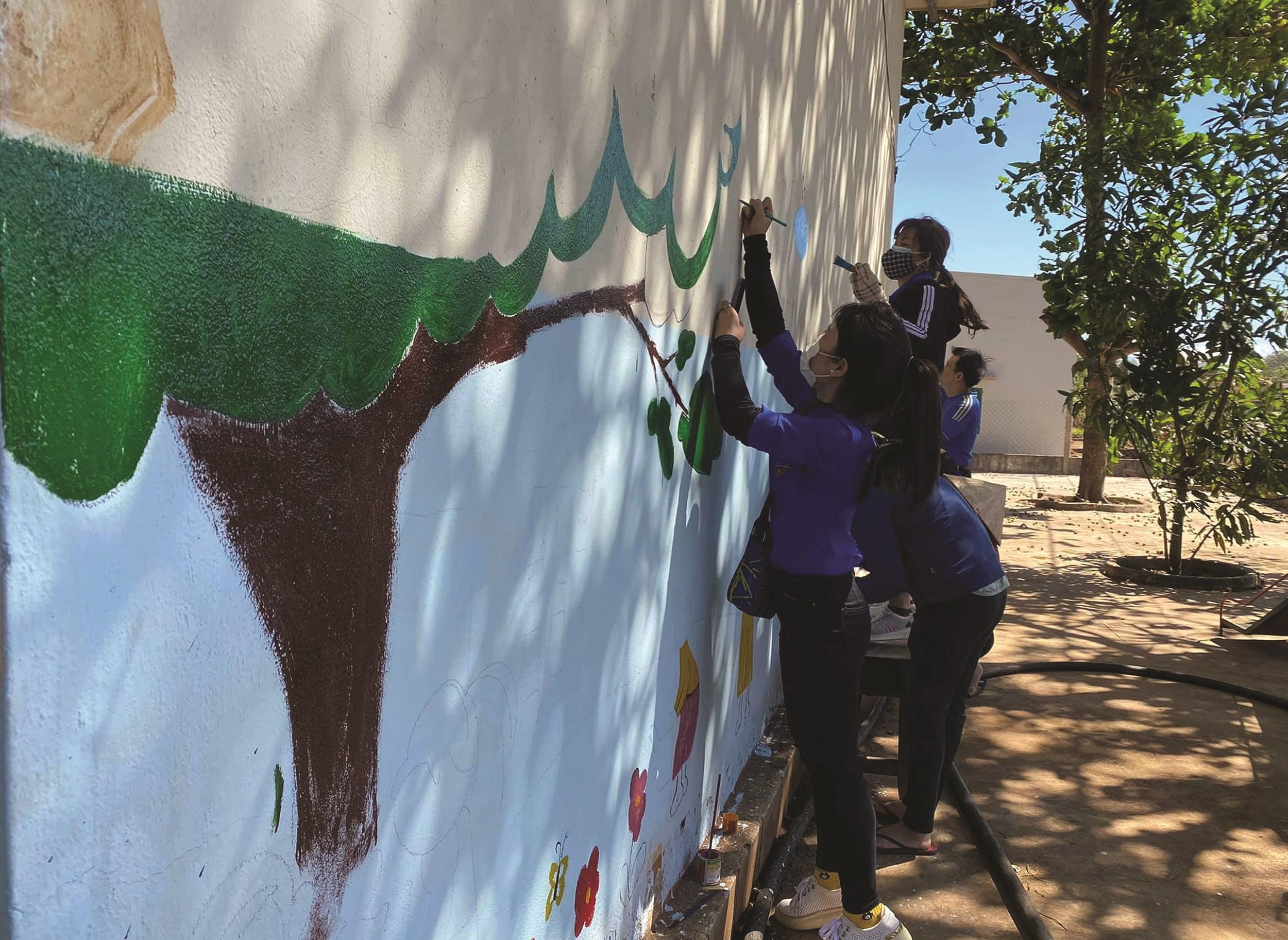 Các bức tường ở các trường học vùng sâu đã bị cũ, ẩm mốc được thay bằng những bức tranh sinh động, tạo sự thích thú cho các em học sinh.