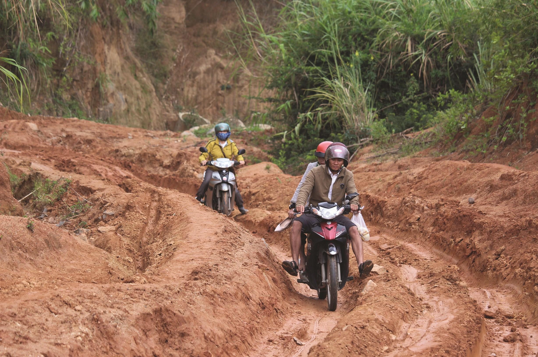 Con dốc quanh co đầy bùn lầy mà giáo viên tại điểm trường làng Đê Kôn phải vượt qua hằng ngày để gieo chữ cho các em
