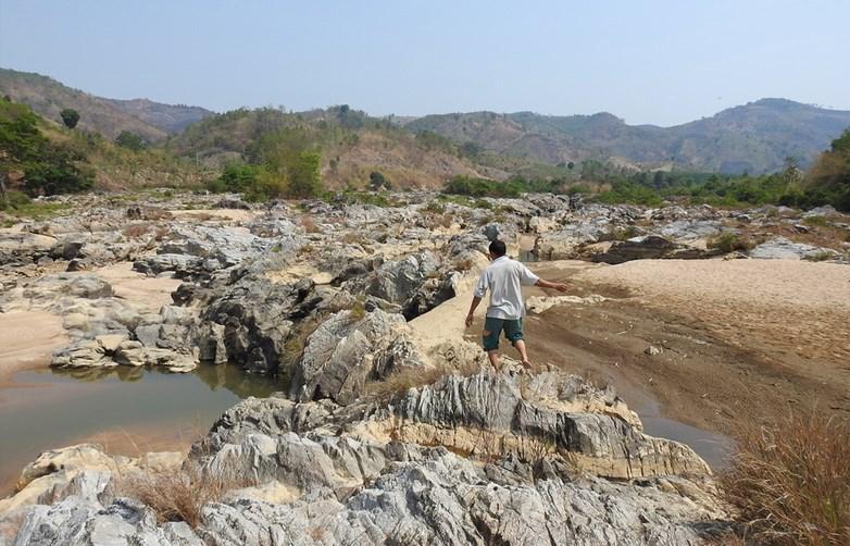 Sông Đăk Snghé khô kiệt thời điểm thủy điện thượng nguồn tích nước
