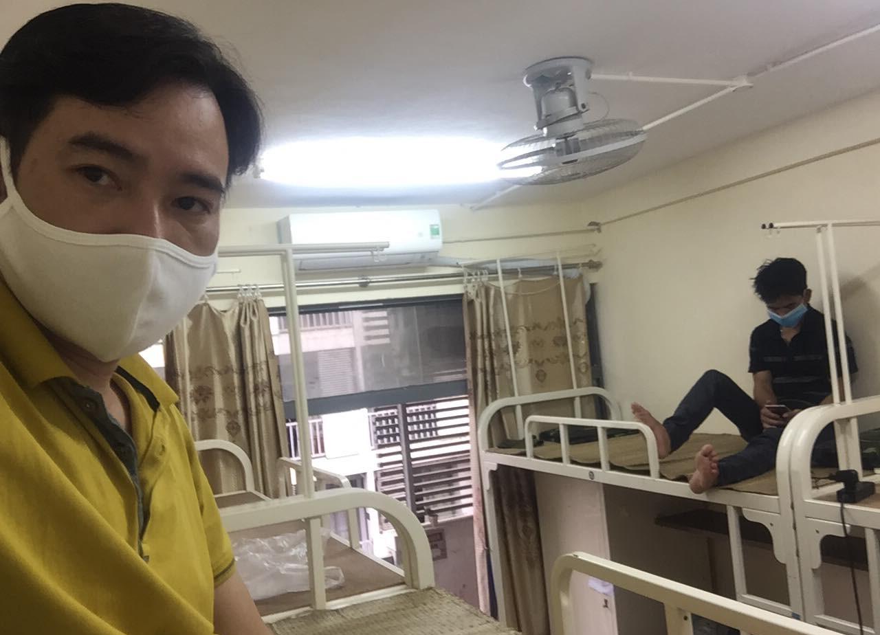 Anh Cao Hồng (áo vàng) lên chăm bố bị mổ tại Bệnh viện Bạch Mai hiện đang được cách ly tại khu ký túc xá Trường Đại học FPT