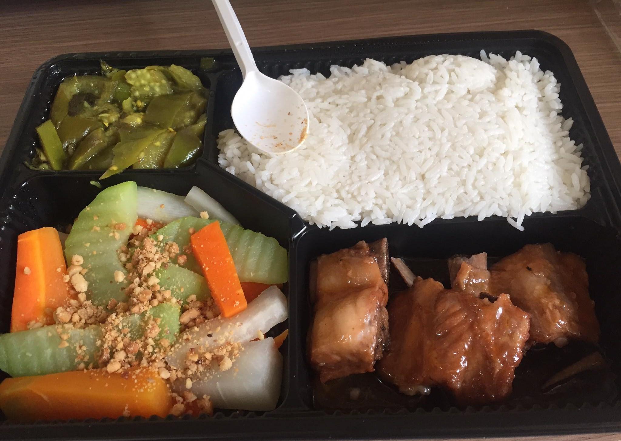 Suất ăn đầy đủ dinh dưỡng cho người được cách ly tại khu ký túc xá Trường Đại học FPT
