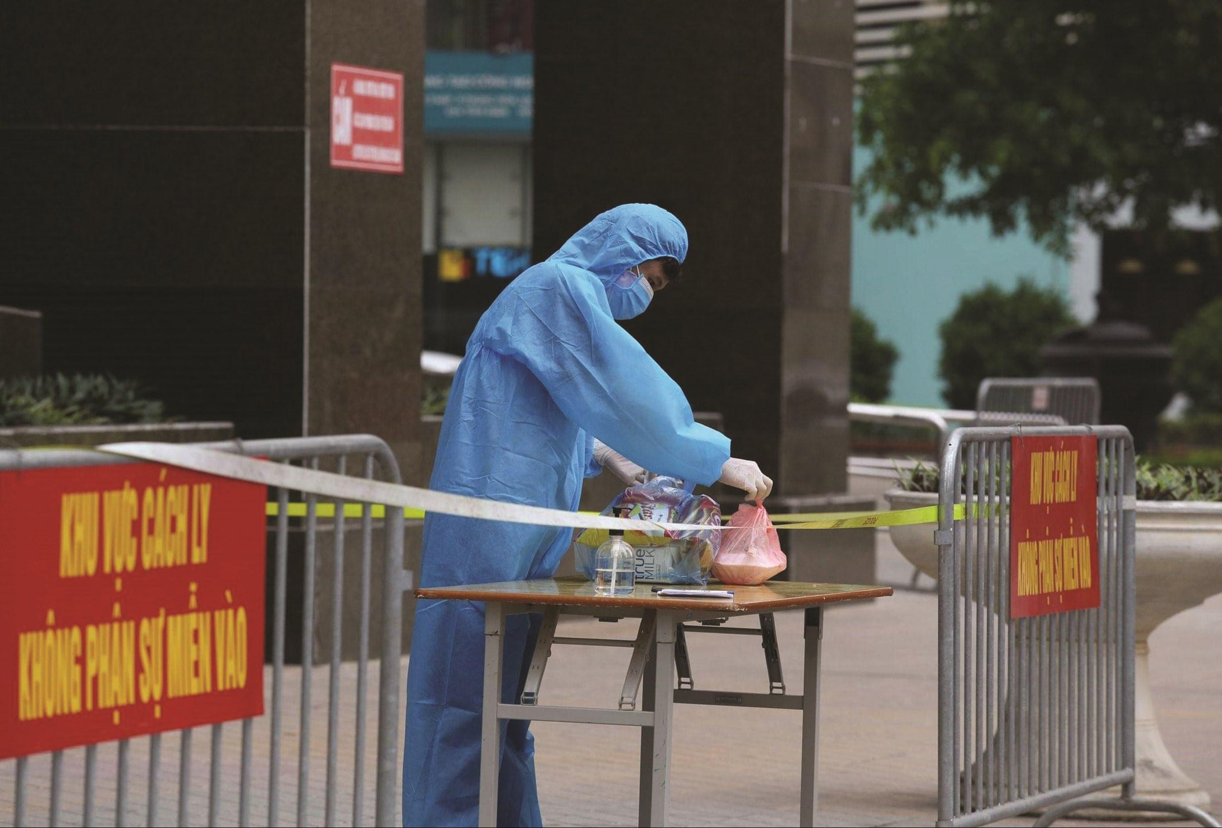 Lực lượng chức năng đã cách ly, phun khử khuẩn tại một tòa chung cư hơn 400 hộ dân tại đường Hoàng Đạo Thúy (Cầu Giấy, Hà Nội)