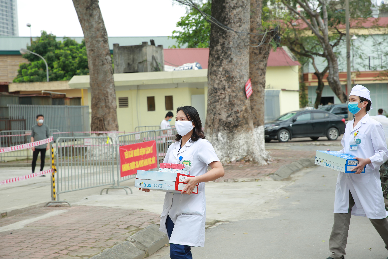 Những ly sữa tươi được trao tận tay các bác sỹ ở bệnh viện Bạch Mai – những người nơi tuyến đầu chống dịch