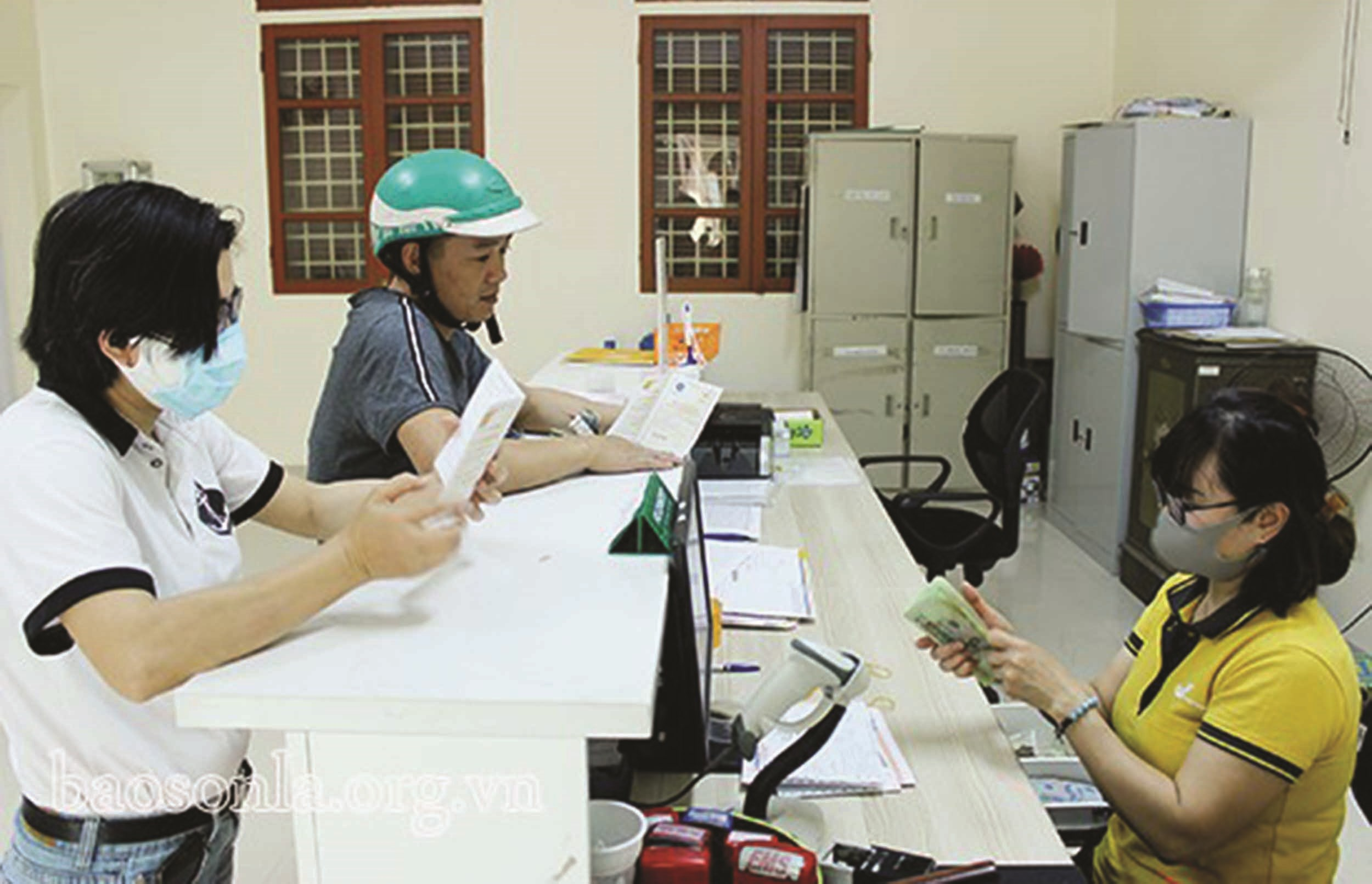 BHXH tỉnh Sơn La tăng cường ứng dụng công nghệ thông tin trong việc chi trả lương hưu, trợ cấp BHXH hằng tháng. (Trong ảnh: Người dân đến nhận lương, trợ cấp BHXH tại Bưu cục phường Chiềng Lề,Thành phố Sơn La)