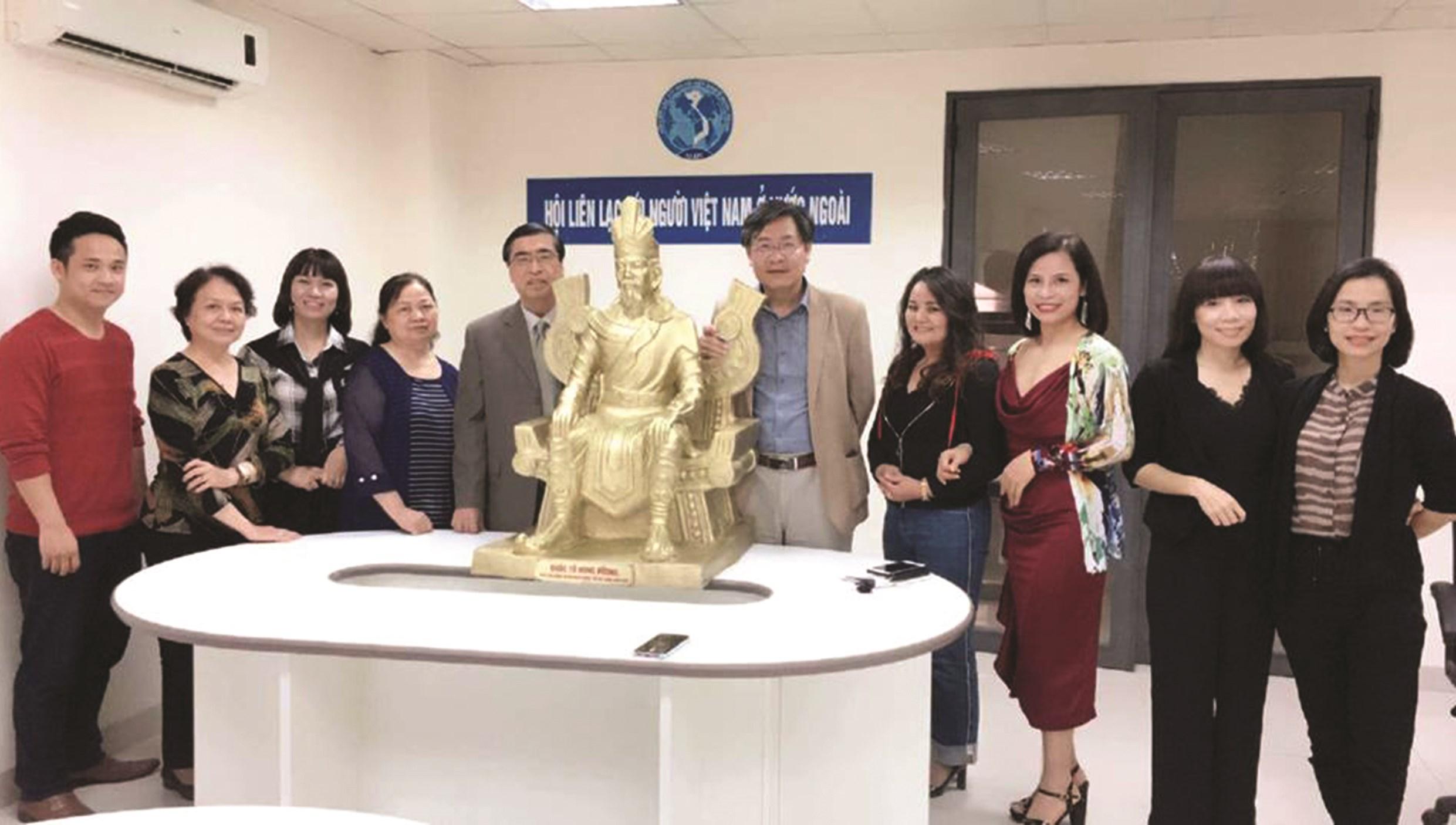 Đại sứ Việt Nam tại Ba Lan tặng tượng Vua Hùng cho cộng đồng nhân Ngày Quốc giỗ Việt Nam toàn cầu năm 2019