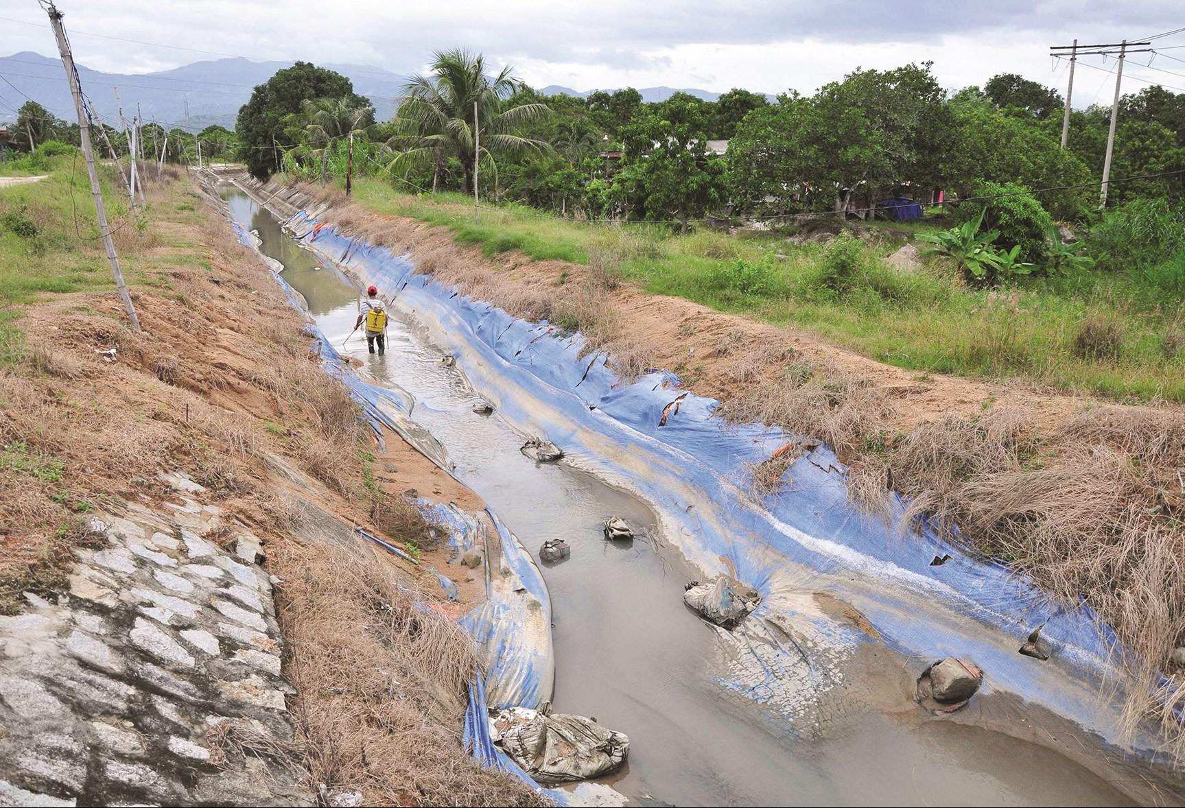 Hầu hết các kênh mương ở Khánh Sơn đã khô cạn.