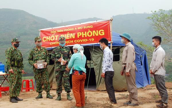 Cán bộ, chiến sỹ chốt Cửa Suối, Đồn Biên phòng A Mú Sung, hướng dẫn người dân địa phương vệ sinh sát khuẩn đeo khẩu trang phòng chống dịch Covid-19