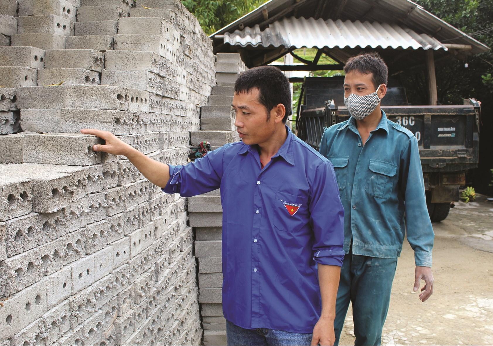 Cơ sở sản xuất vật liệu xây dựng của anh Hà Văn Chục không những giúp anh thoát nghèo mà còn tạo công ăn việc làm cho lao động địa phương.
