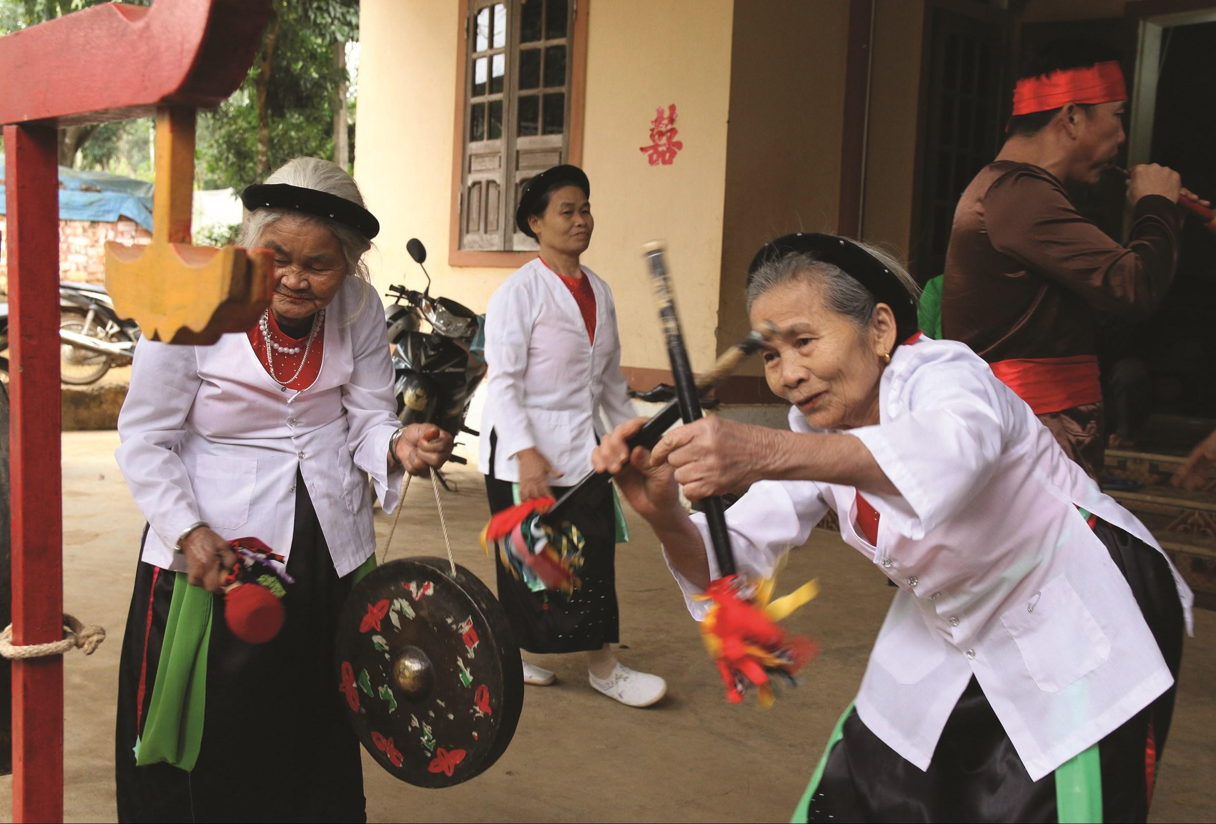 Các thành viên trong CLB Cồng chiêng làng U, xã Nghĩa Thắng tập luyện điệu múa cồng chiêng