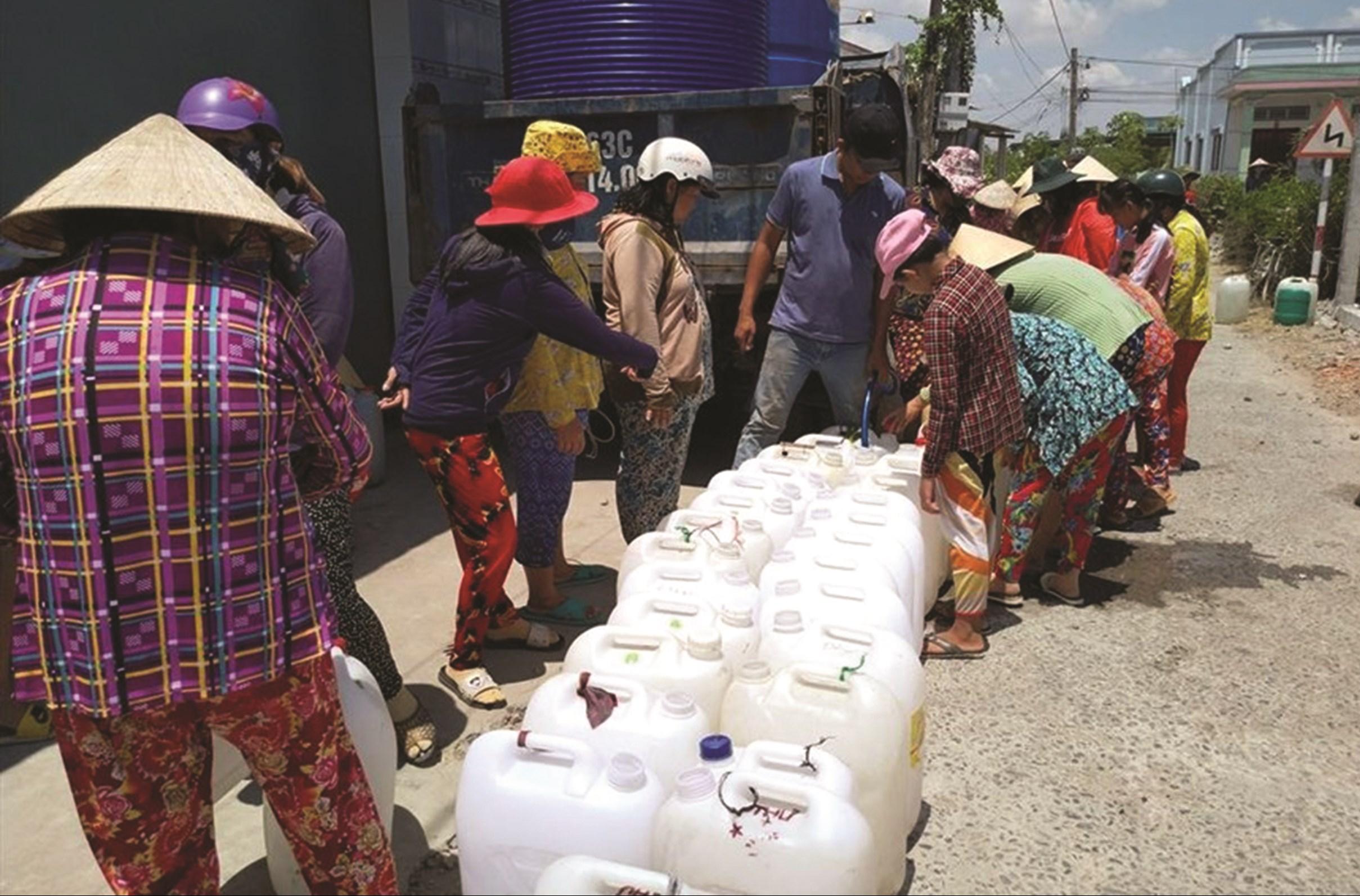 Người dân được cấp nước ngọt miễn phí tại trung tâm Thành phố Bến Tre