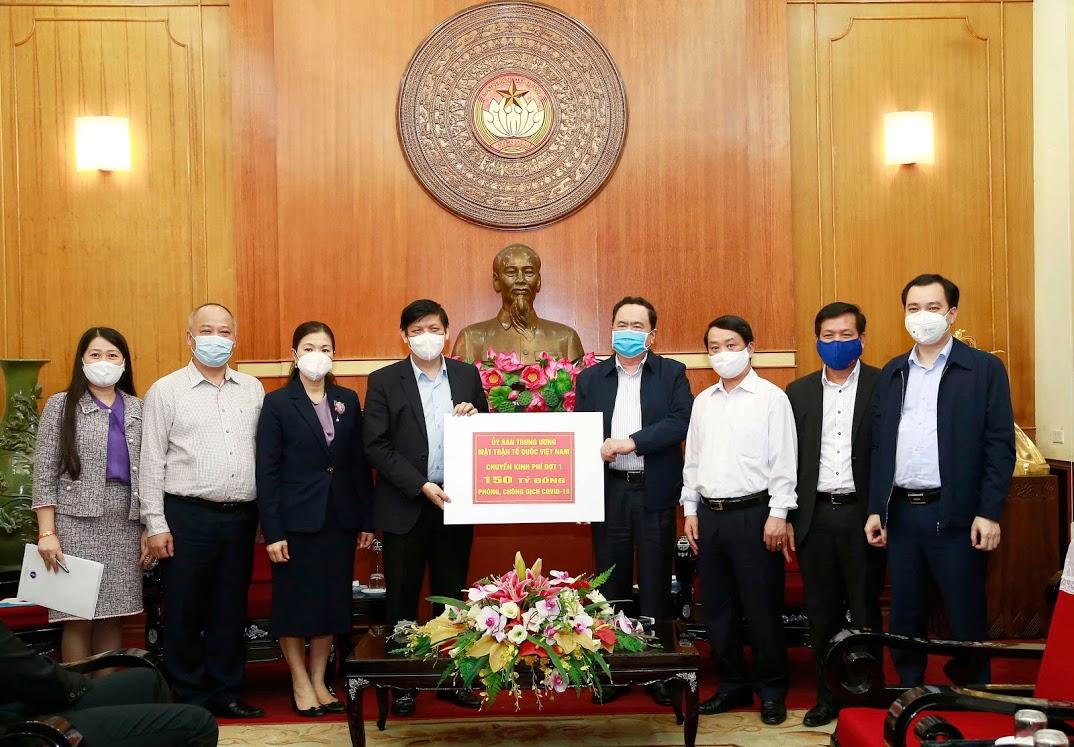 Ủy ban Trung ương MTTQ Việt Nam trao số tiền phân bổ đợt 1 (150 tỷ đồng) cho Bộ Y tế để phòng chống dịch
