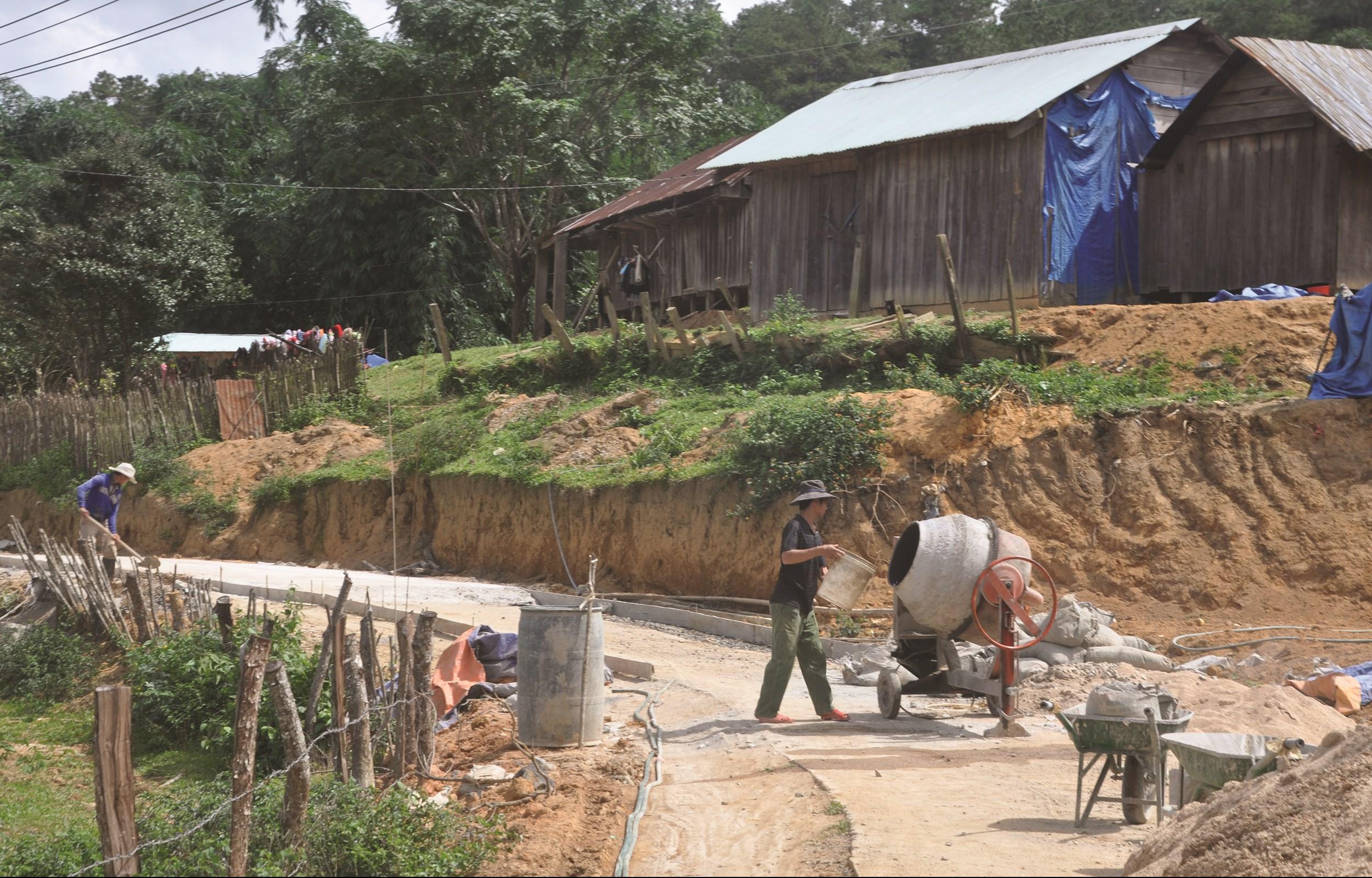 Người dân các buôn làng đồng lòng xây dựng nông thôn mới.