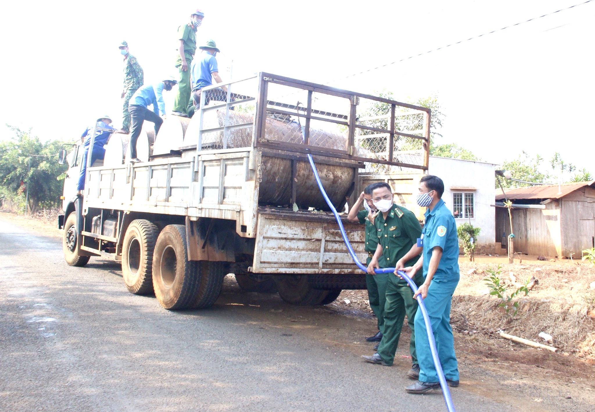 Các lực lượng dùng xe tải chở nước cấp miễn phí cho các hộ dân thôn Bù Nga, xã Bù Gia Mập