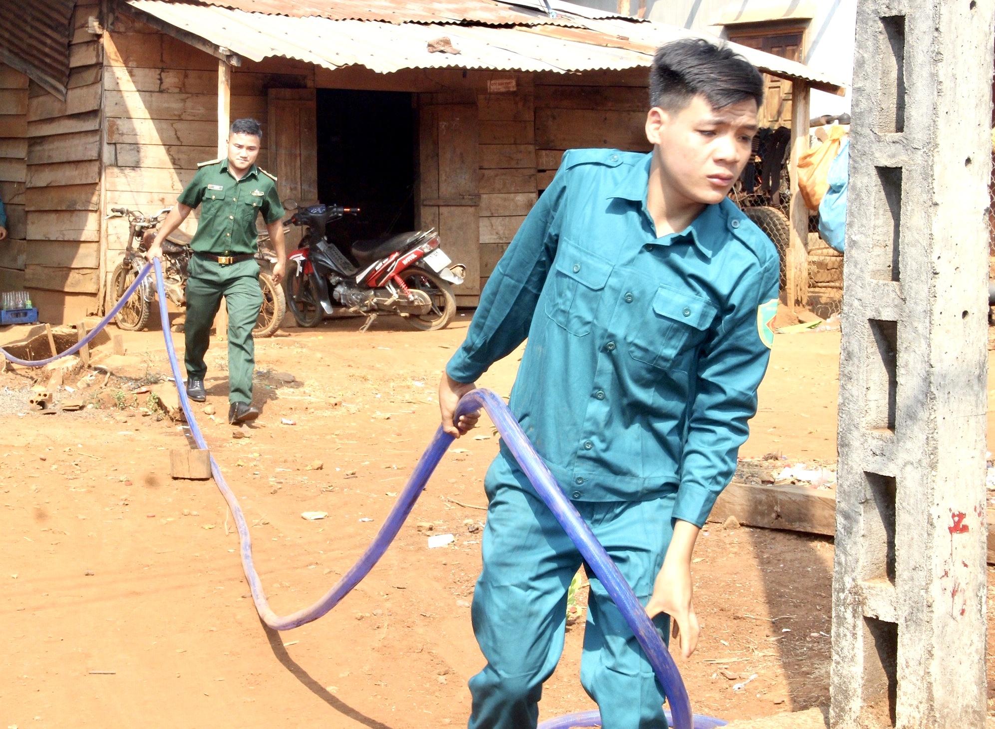 Với hơn 320 hộ thiếu nước nhưng chỉ có 1 xe vận chuyển nên các lực lượng làm việc cả giờ nghỉ trưa nhằm cung cấp đủ cho nhu cầu sử dụng của người dân nghèo ở xã Bù Gia Mập
