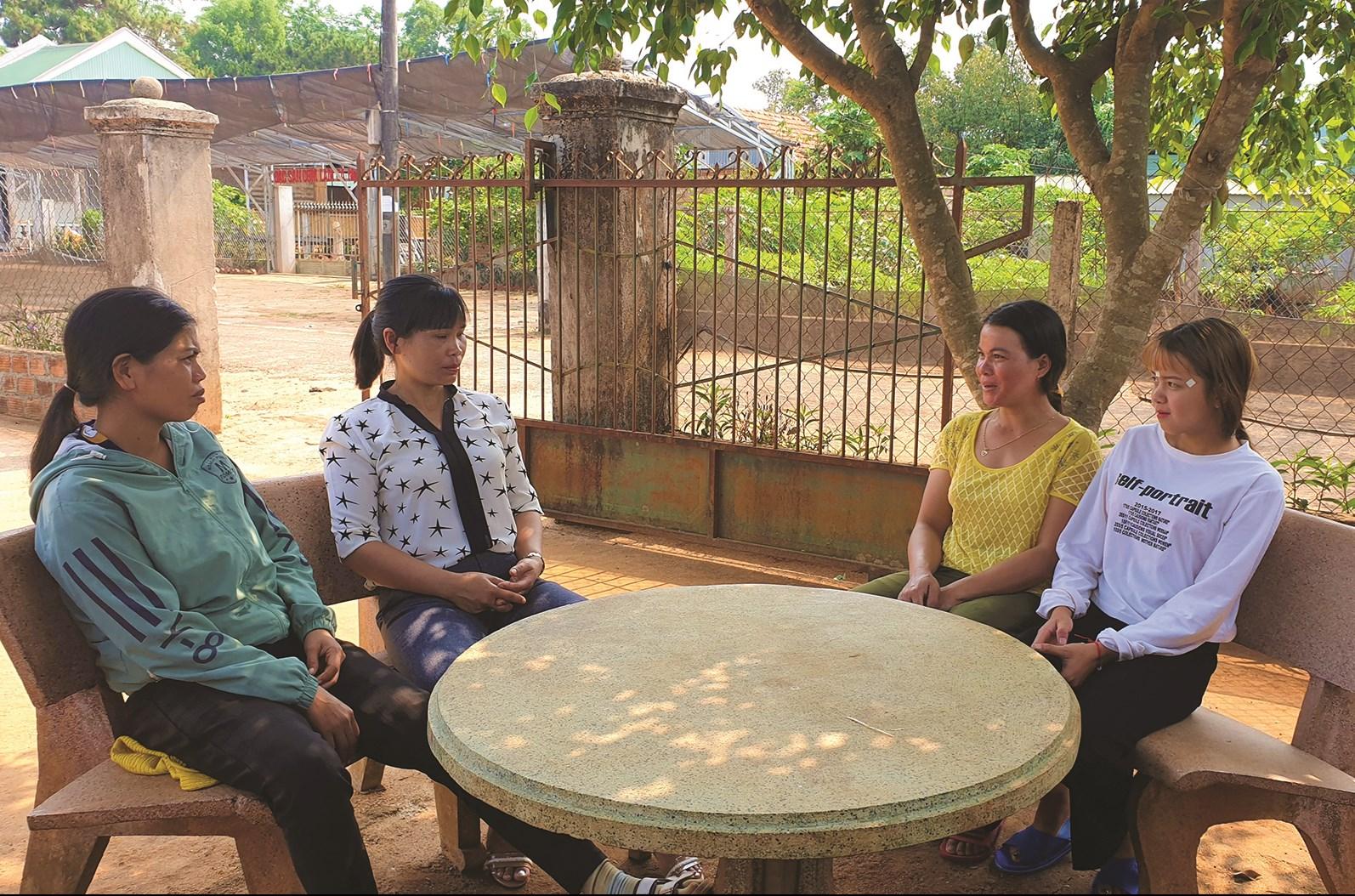 Thành viên CLB ở làng Ia Mút, xã Hà Bầu (huyện Đăk Đoa) phân tích hệ lụy của việc lấy chồng sớm cho em Phưng (người đầu tiên bên phải)