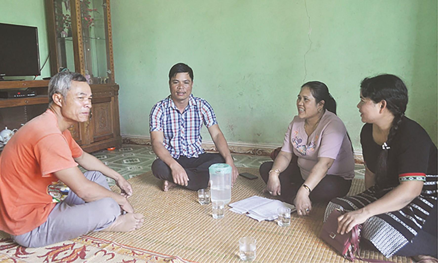 Chị Thủy (thứ 2 bên phải sang) thăm gia đình anh Hế và động viên gia đình tiếp tục nỗ lực phát triển kinh tế.