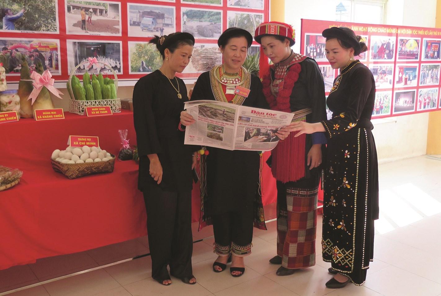 Đồng bào DTTS huyện Tràng Định (Lạng Sơn) tìm hiểu thông tin trên Báo Dân tộc và Phát triển