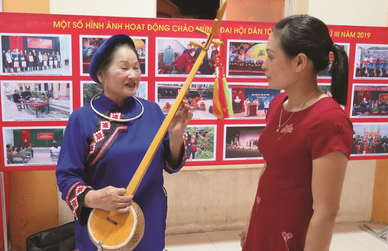 Bà Nguyễn Thị Bông đang hướng dẫn học viên cách học hát Then, đàn Tính