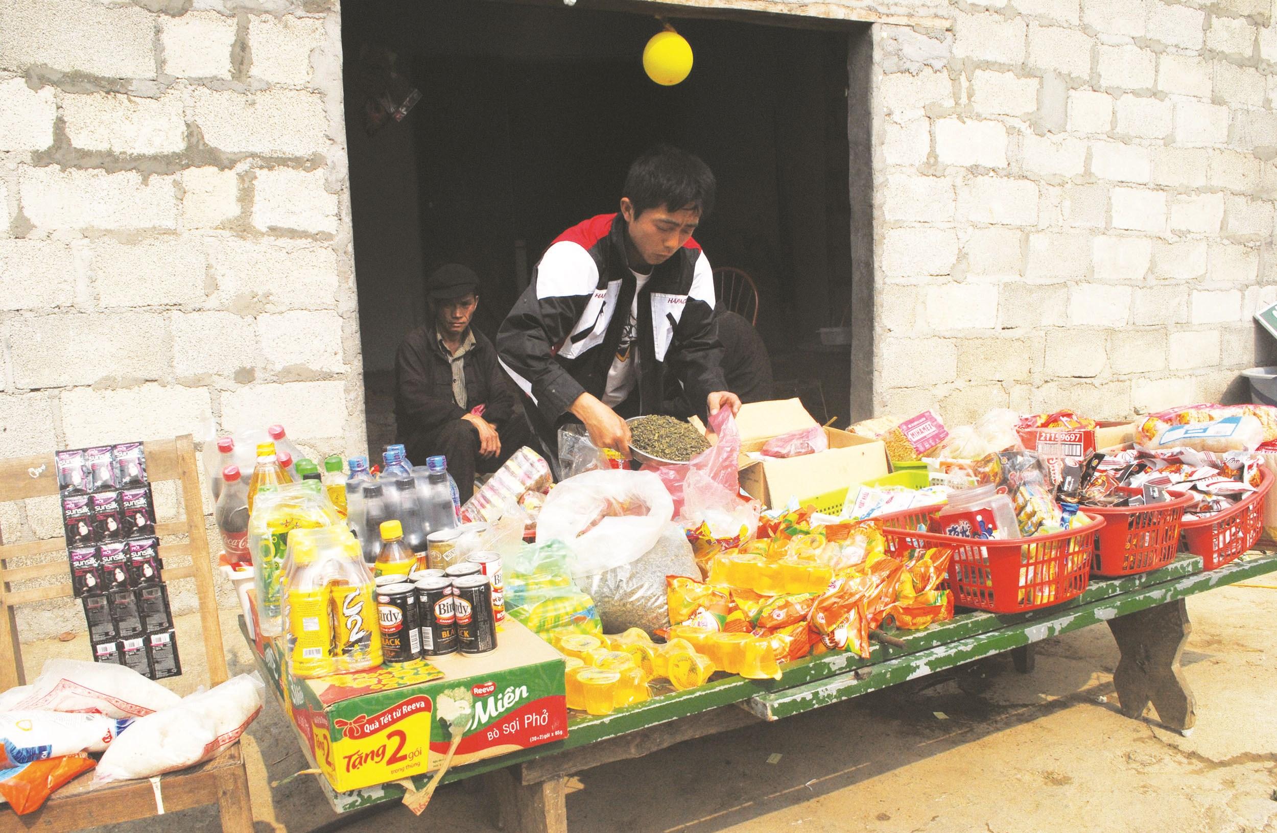 Các điểm bán hàng nhỏ lẻ ở bản làng được duy trì để phục vụ người dân.