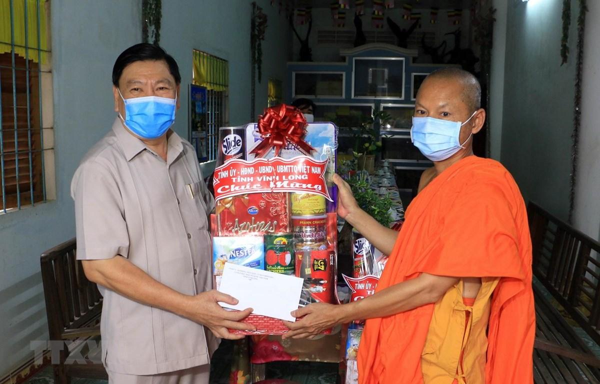 Bí thư Tỉnh ủy Vĩnh Long Trần Văn Rón (trái), tặng quà đến Thượng tọa Sơn Ngọc Huynh, Chủ tịch Hội Đoàn kết sư sãi yêu nước tỉnh Vĩnh Long